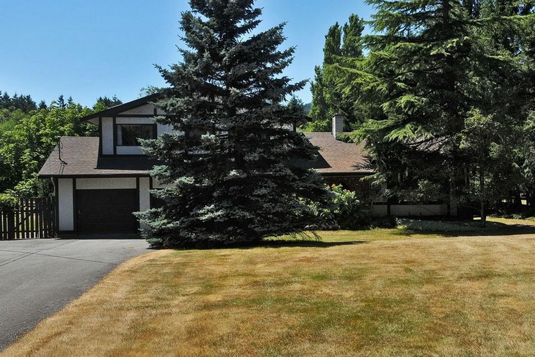 Vivienda unifamiliar por un Venta en Traditional Quality Built Home 4286 Happy Valley Road Victoria, British Columbia V9C 3Y1 Canadá