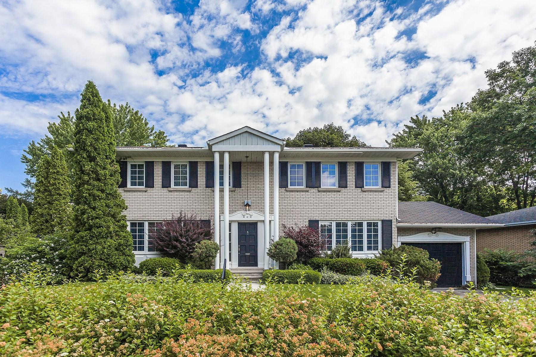 Villa per Vendita alle ore Two storey family residence 800 Boul. Houde Saint-Lambert, Quebec J4R1L9 Canada