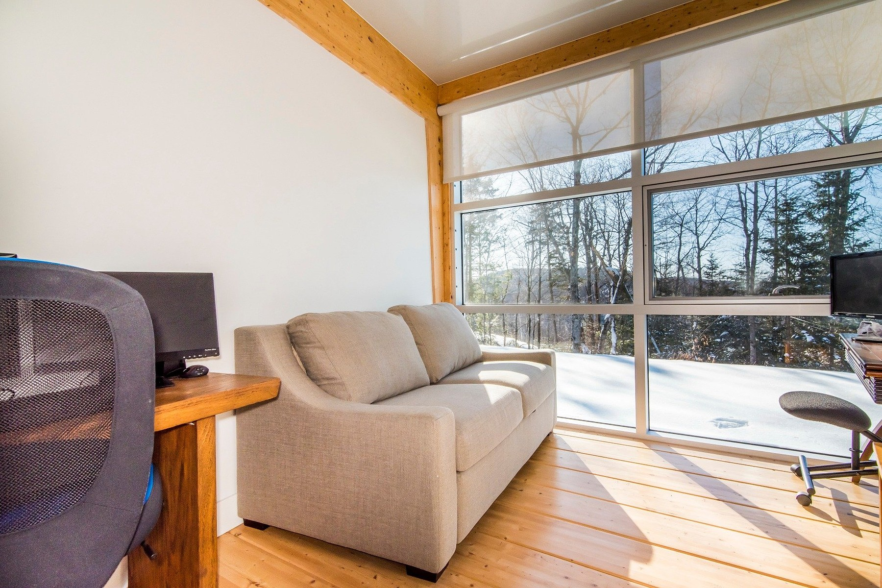 Additional photo for property listing at Saint-Hippolyte, Laurentides 10 Rue Tracy Saint-Hippolyte, Quebec J8A3G1 Canada