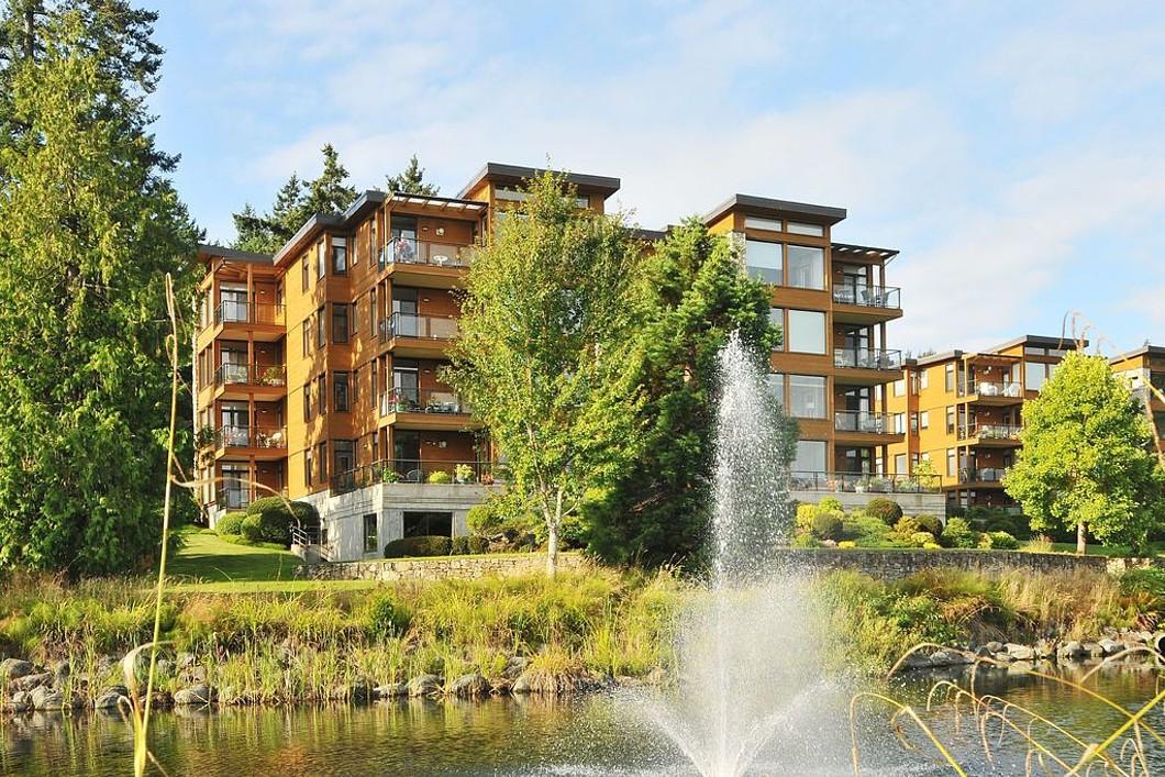 Condomínio para Venda às Executive Golf Course Condo 207-5329 Cordova Bay Road Victoria, Columbia Britanica V8Y 2L3 Canadá