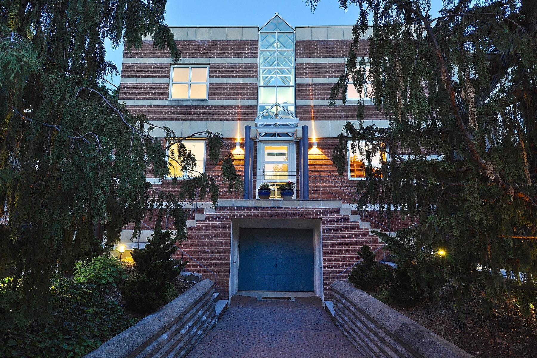 Частный односемейный дом для того Продажа на 17 Douglas Crescent, Toronto Toronto, Онтарио M4W 2E6 Канада