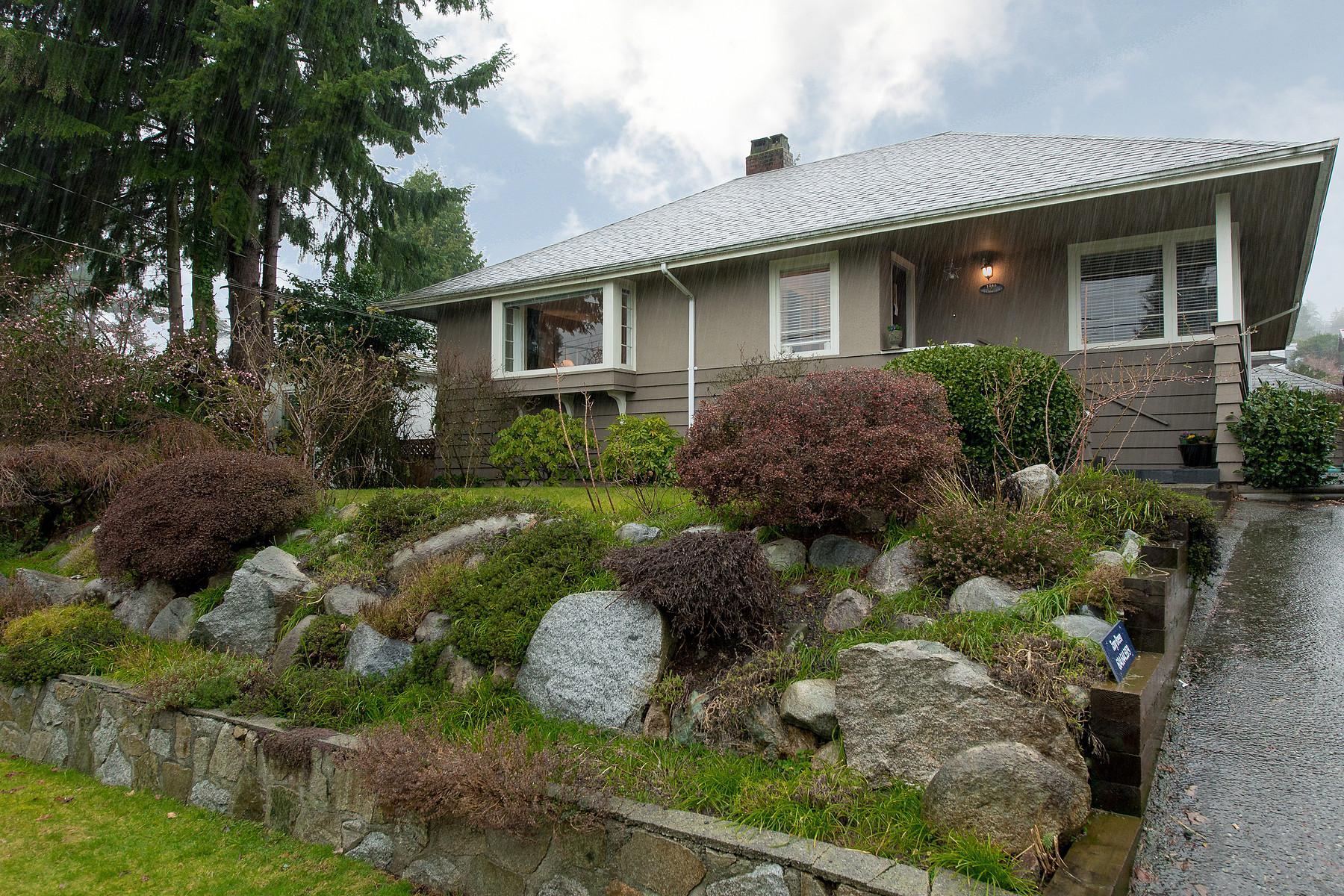Maison unifamiliale pour l Vente à Fulton Avenue Home 1365 Fulton Ave West Vancouver, Colombie-Britannique V7T 1N9 Canada