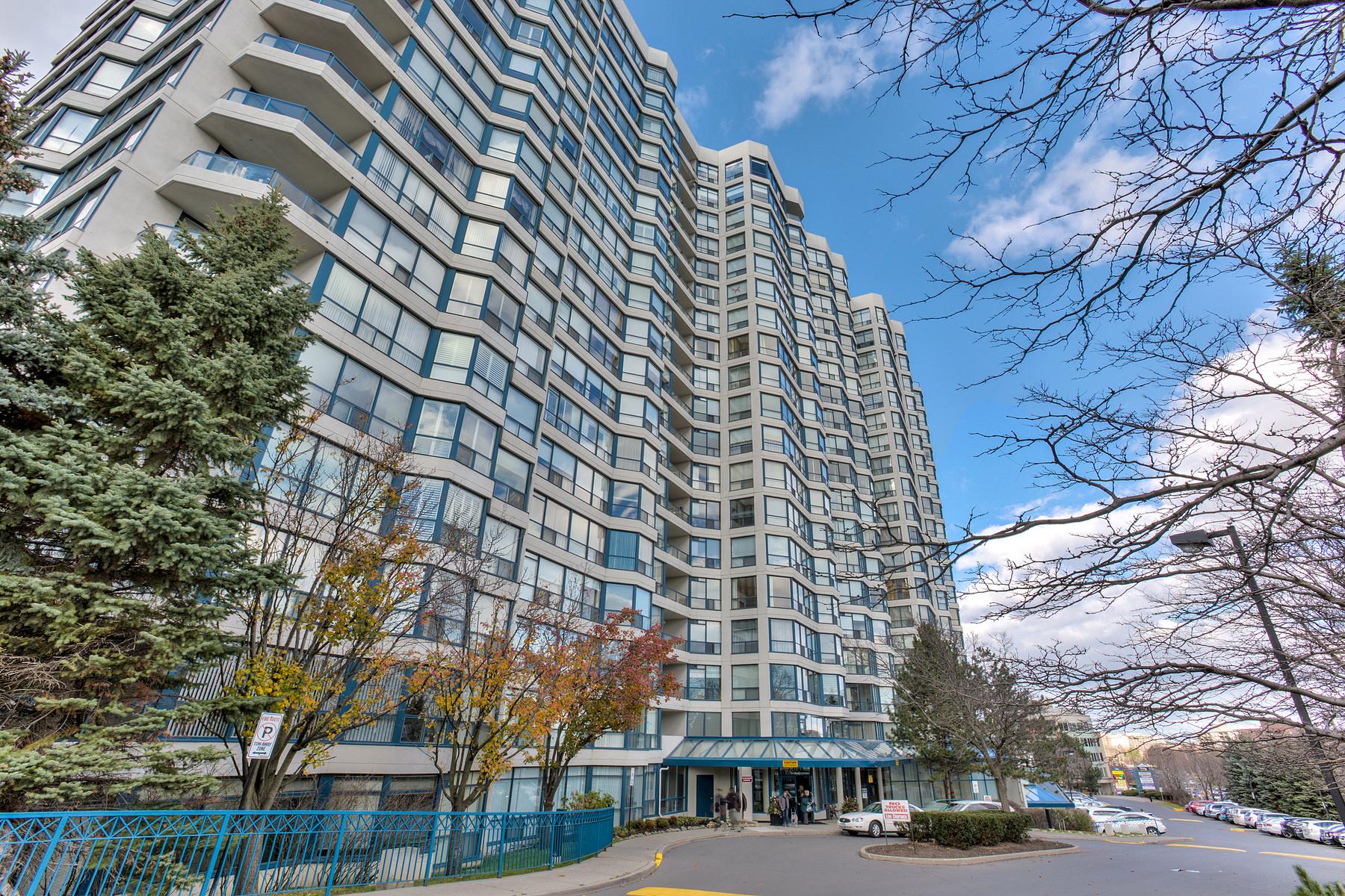 Condominio por un Venta en Skyrise 7300 Yonge St 507 Vaughan, Ontario L4J7Y5 Canadá