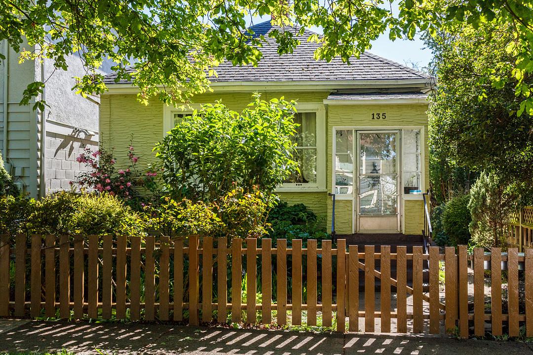 Casa para uma família para Venda às Tba 135 Ladysmith Street Victoria, Columbia Britanica, V8V1J3 Canadá