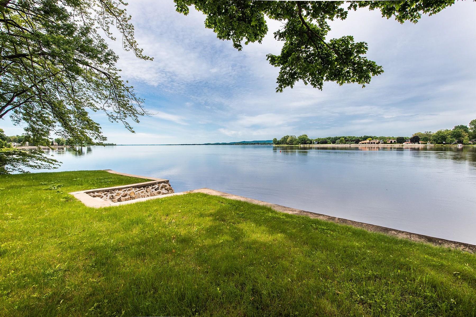 Maison unifamiliale pour l Vente à Waterfront 625 Rue les Érables Laval Sur Le Lac, Québec H7R1B8 Canada
