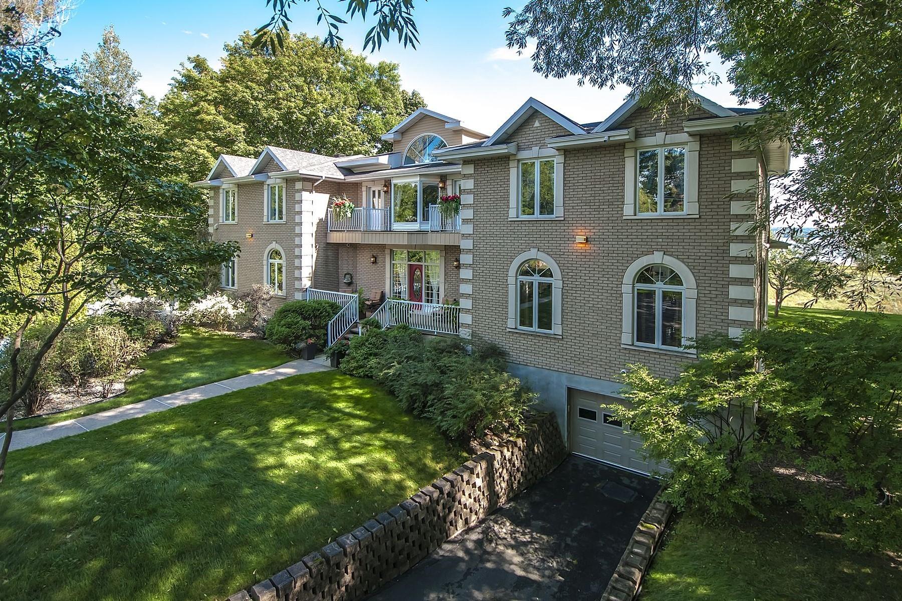 Nhà ở một gia đình vì Bán tại Saint-Laurent-de-l'Île-d'Orléans, Capitale-Nationale 401 Ch. Royal Saint-Laurent-Ile-D'orleans, Quebec G0A3Z0 Canada