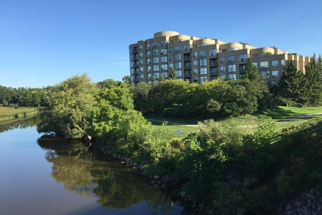 共管式独立产权公寓 为 销售 在 The Bronte Harbour Club 2511 Lakeshore Road West Unit 206 奥克维尔, 安大略省, L6L 6L9 加拿大
