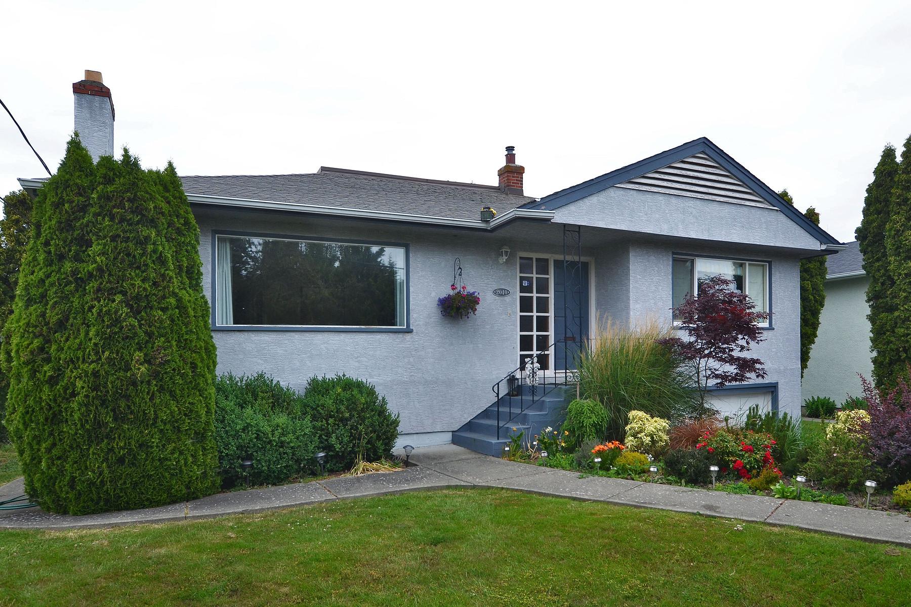 Nhà ở một gia đình vì Bán tại Charming Oak Bay Home 2040 Allenby Street Victoria, British Columbia V8R 3C1 Canada