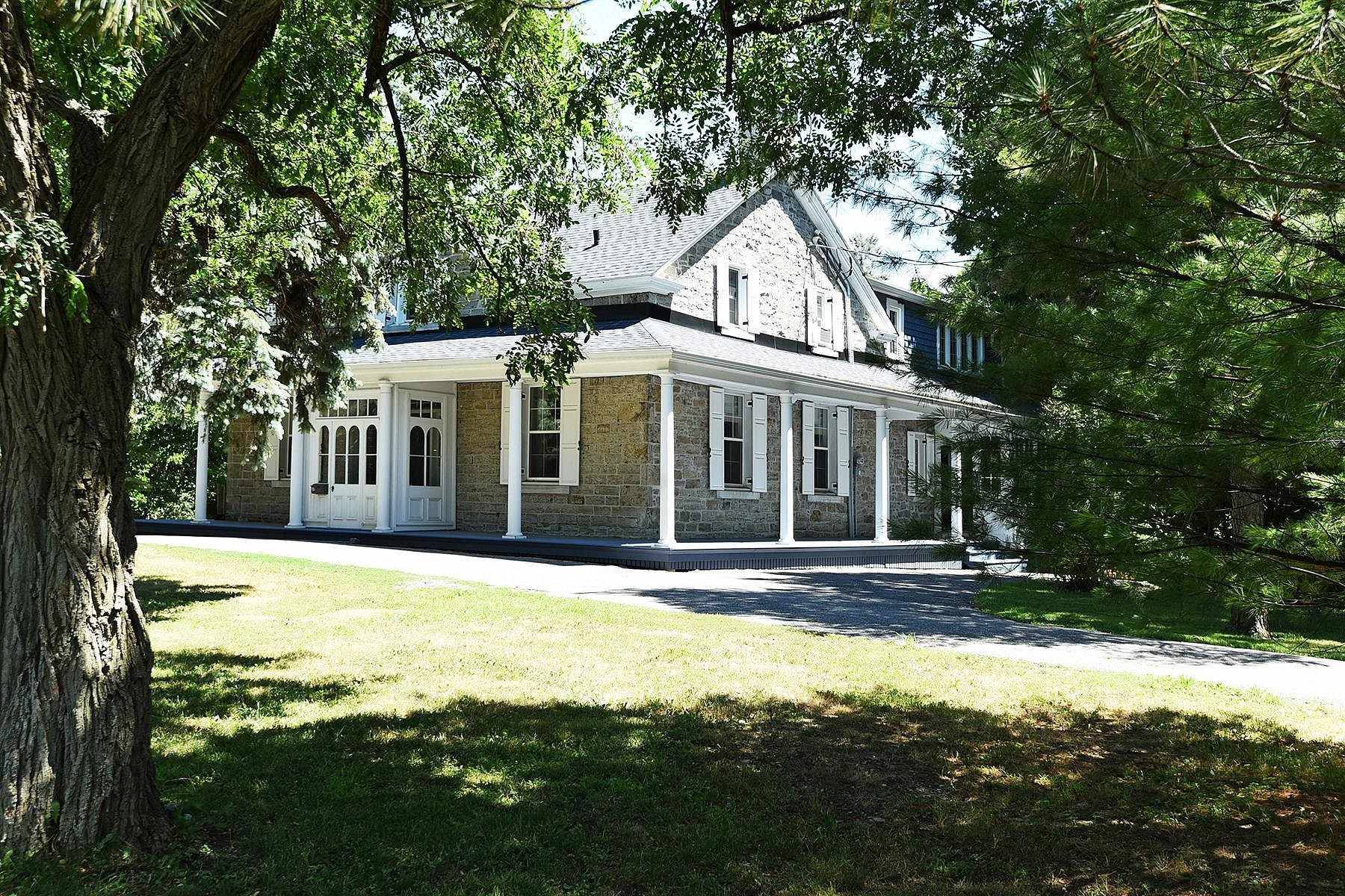 Single Family Homes for Sale at Aylmer, Outaouais 890 Ch. d'Aylmer Aylmer, Quebec J9H5T8 Canada