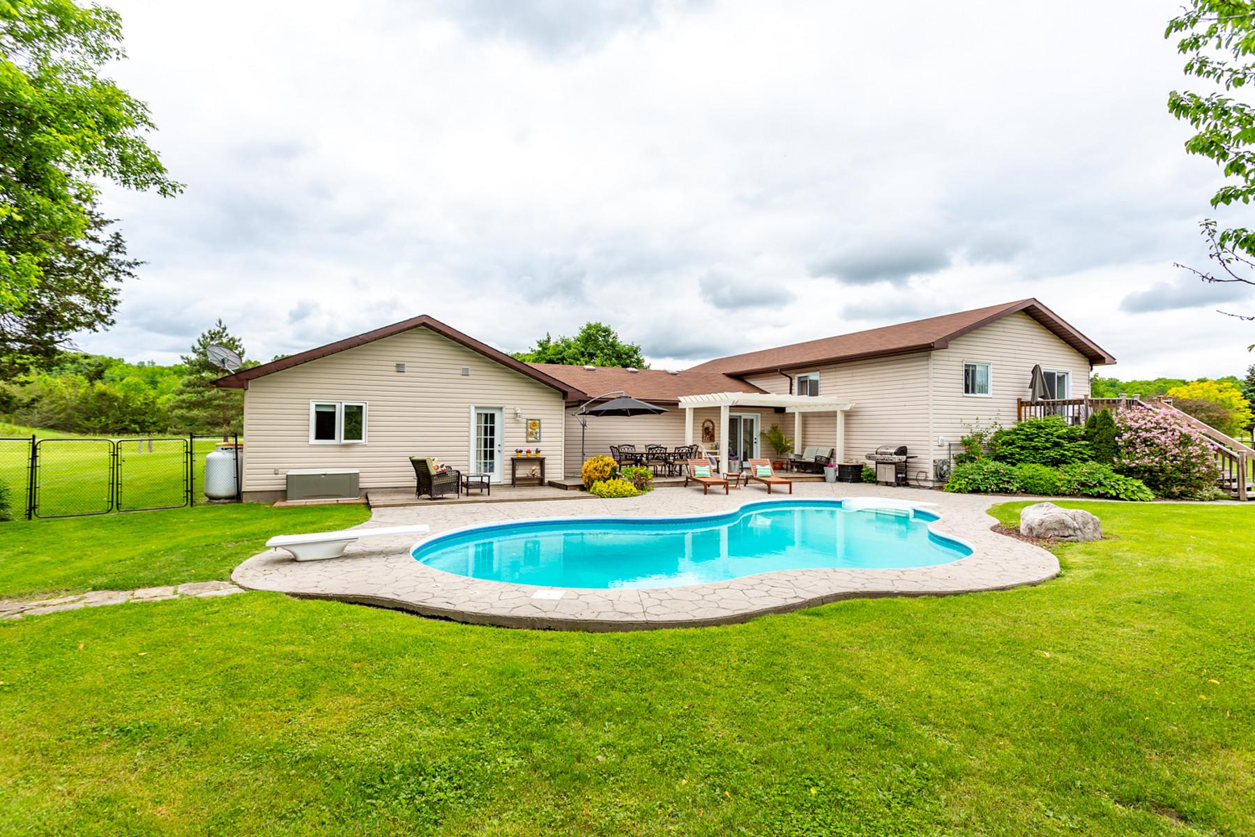独户住宅 为 销售 在 Beautifully Renovated 445 County Road 8 Rd 诺森伯兰郡, 安大略省 K0L1L0 加拿大
