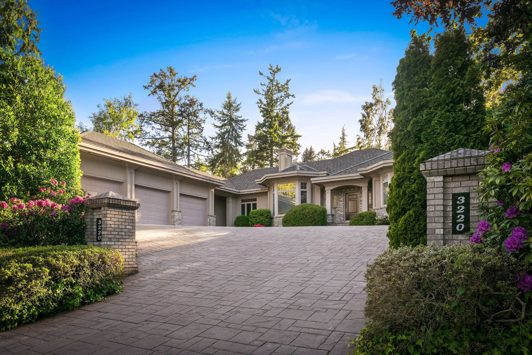 واحد منزل الأسرة للـ Sale في Stunning Custom Home 3220 Exeter Road, Victoria, British Columbia, V8R 6H6 Canada