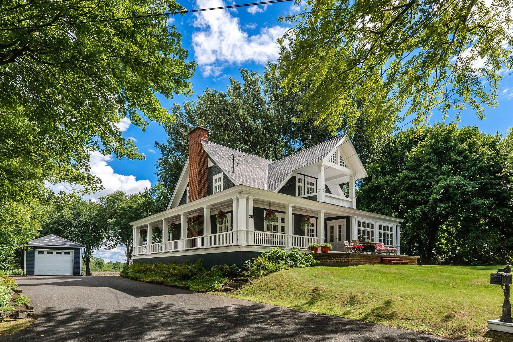 Single Family Homes for Sale at Léry, Montérégie 26 Ch. du Lac-St-Louis Lery, Quebec J6N1A1 Canada