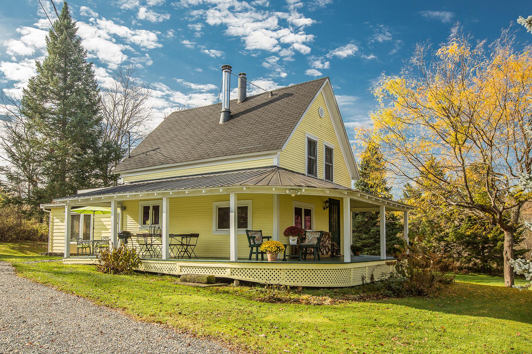 Nhà ở một gia đình vì Bán tại Intimate on 1 acre 142 Ch. Draper Sutton, Quebec, J0E2K0 Canada