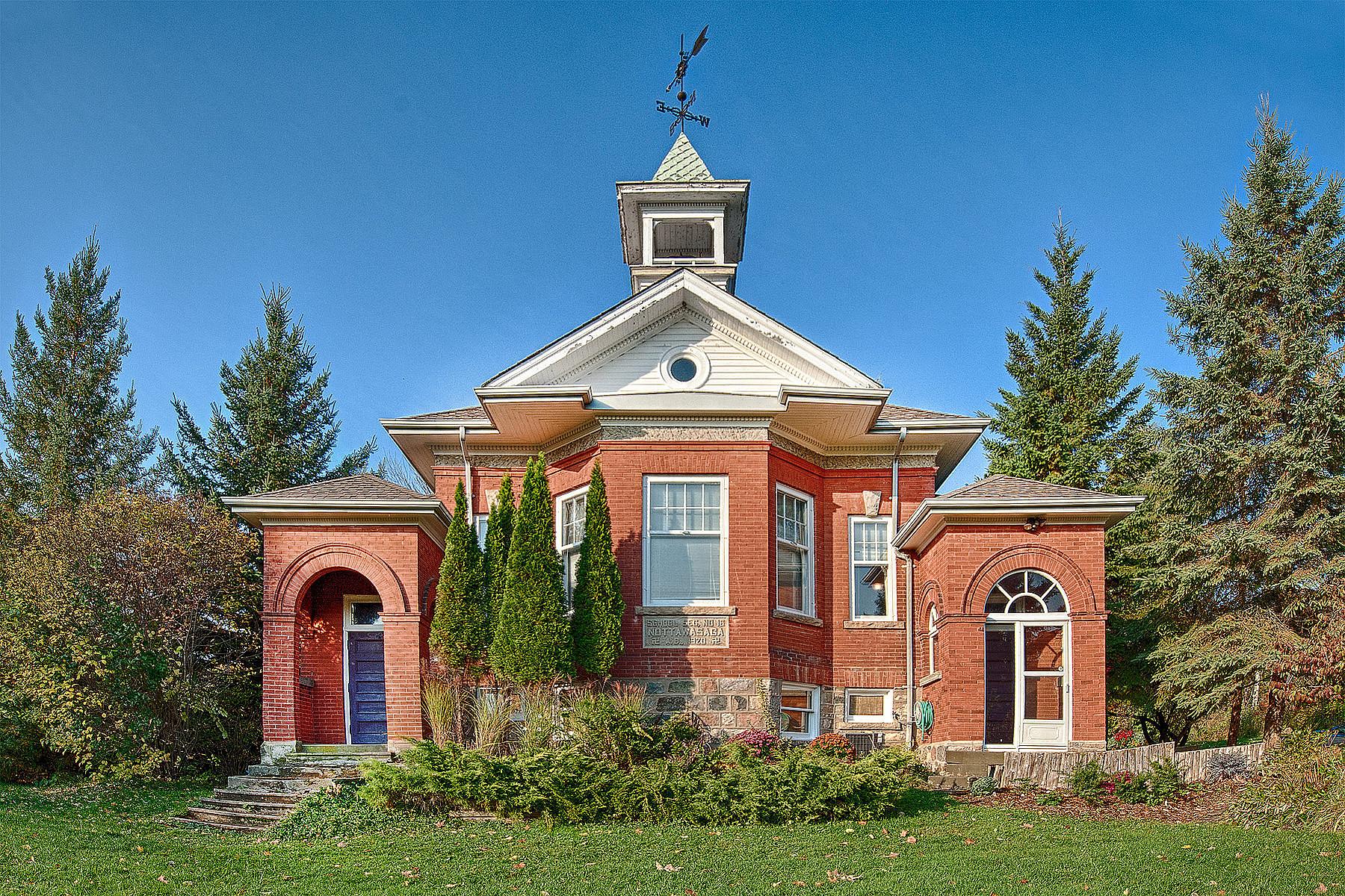 واحد منزل الأسرة للـ Sale في Unique School House 2346 8 Nottawasaga Con S, Creemore, Ontario, L0M 1L0 Canada