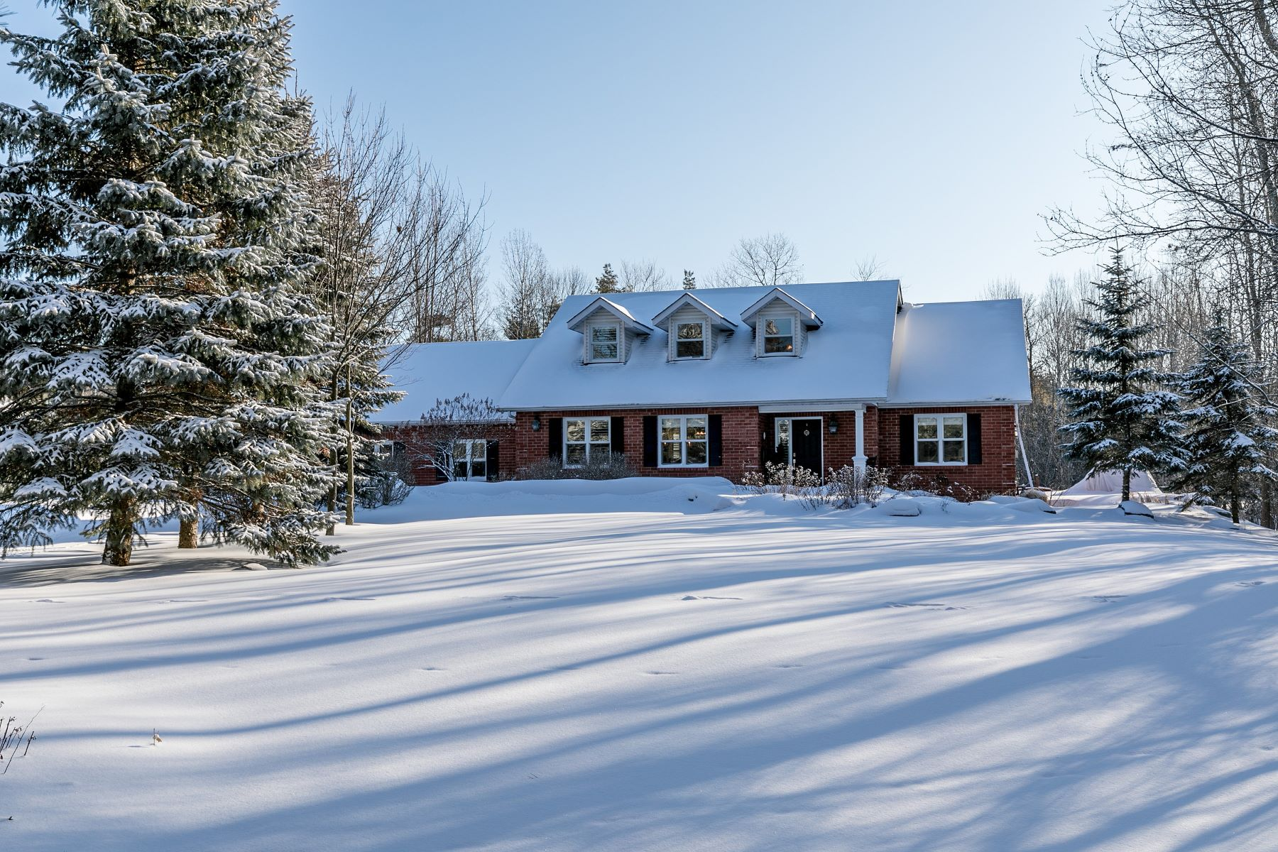Single Family Homes for Sale at Stunning Executive Home 3 Alpine Crt Collingwood, Ontario L9Y 4W7 Canada