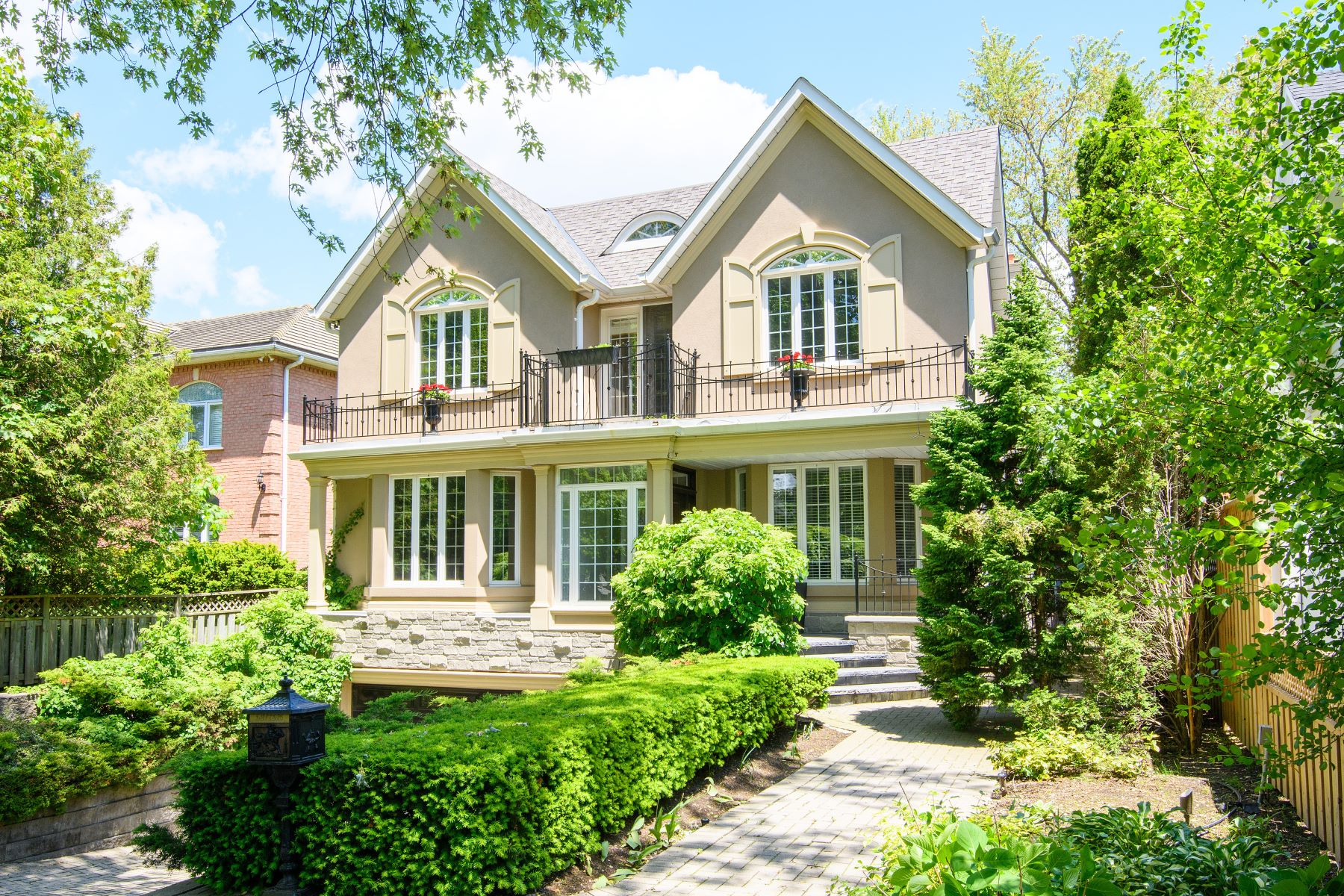 Single Family Homes for Sale at Spacious Family Home on Balsam 205 Balsam Drive Oakville, Ontario L6J 3X4 Canada