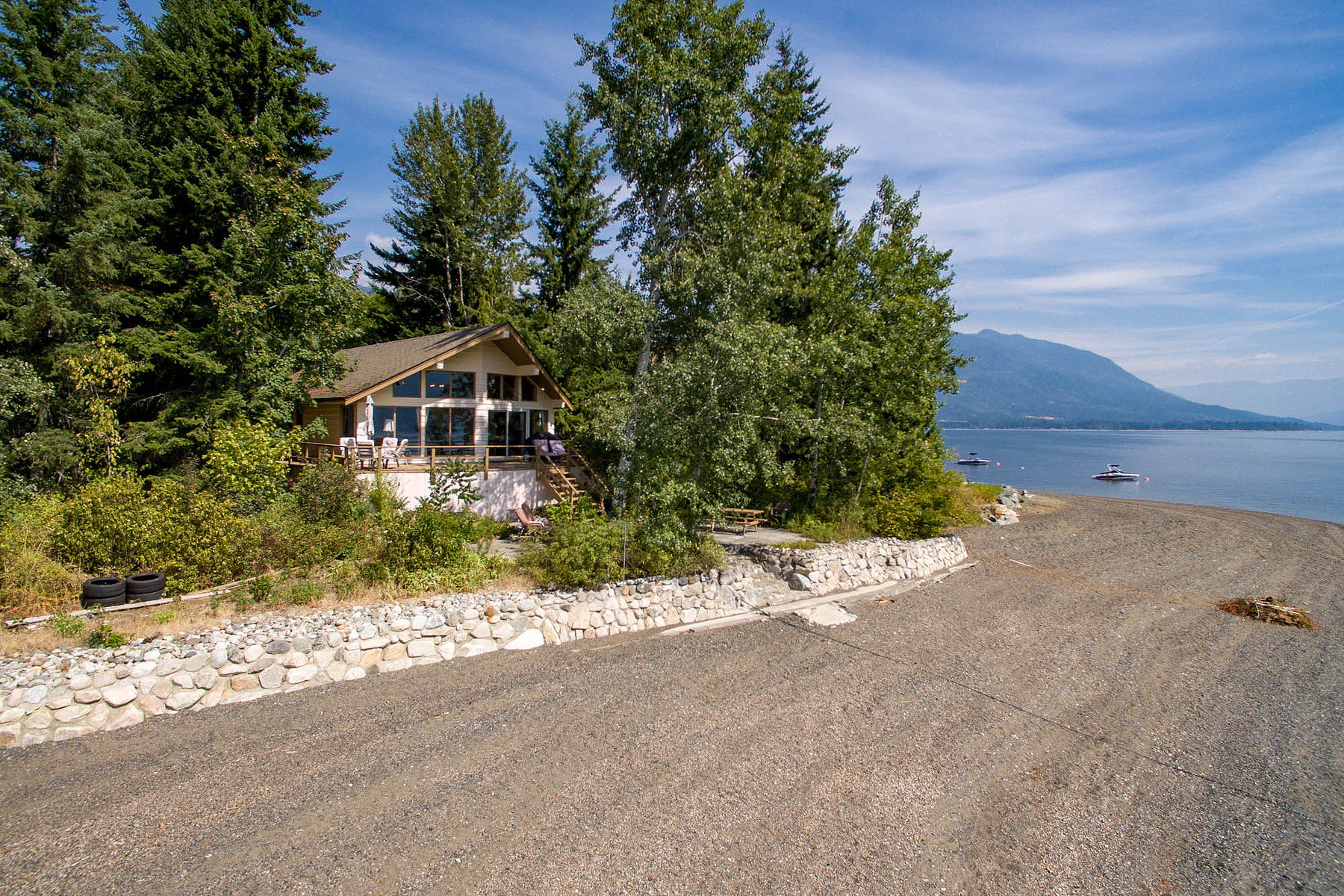 Villa per Vendita alle ore Beach House at Shuswap Lake 18-6102 Davis Road Magna Bay, Columbia Britannica, V0E 1M7 Canada