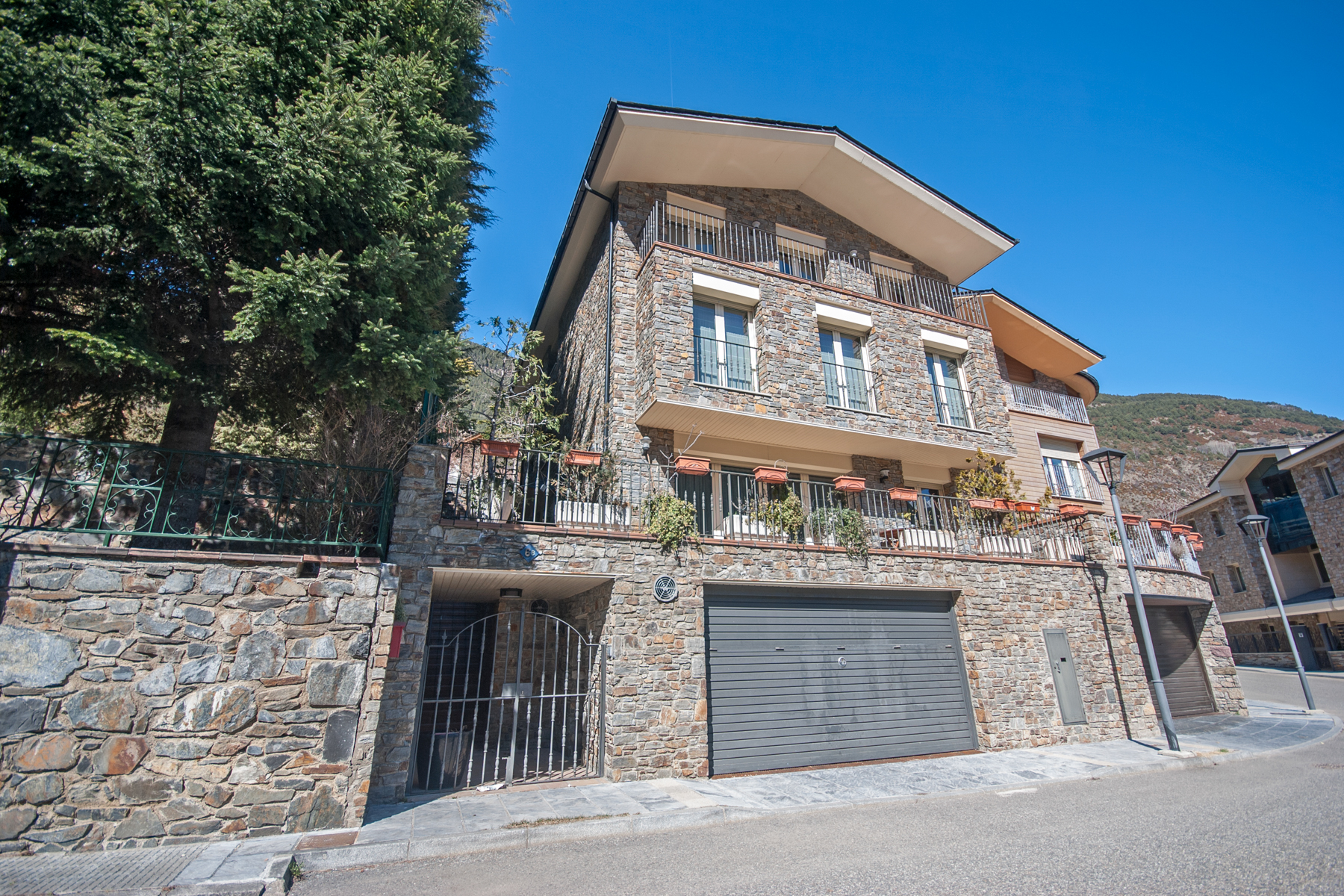 獨棟家庭住宅 為 出售 在 Chalet-Tower for sale in Vila Vila, Encamp, AD200 Andorra