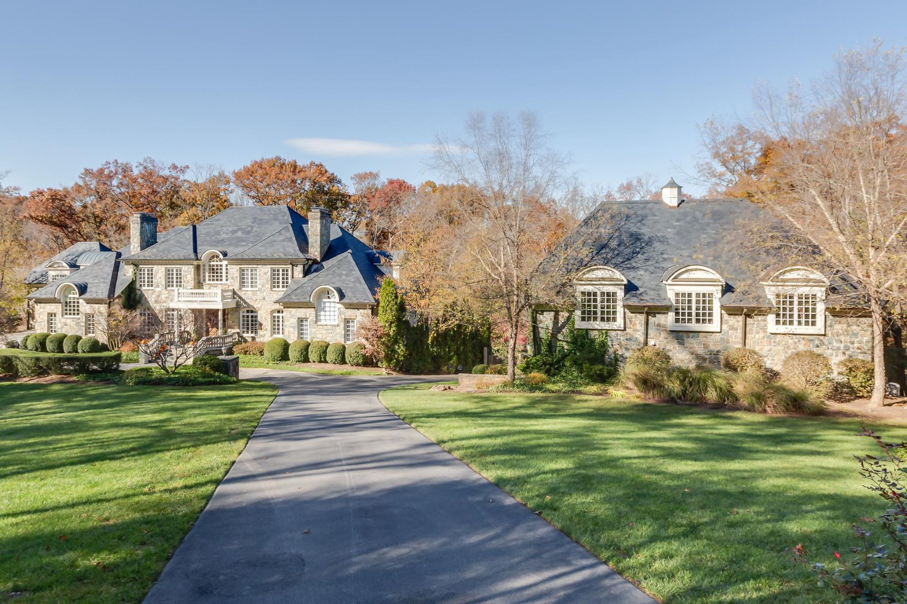 Single Family Homes por un Venta en 8548-A Georgetown Pike McLean, Virginia 22102 Estados Unidos