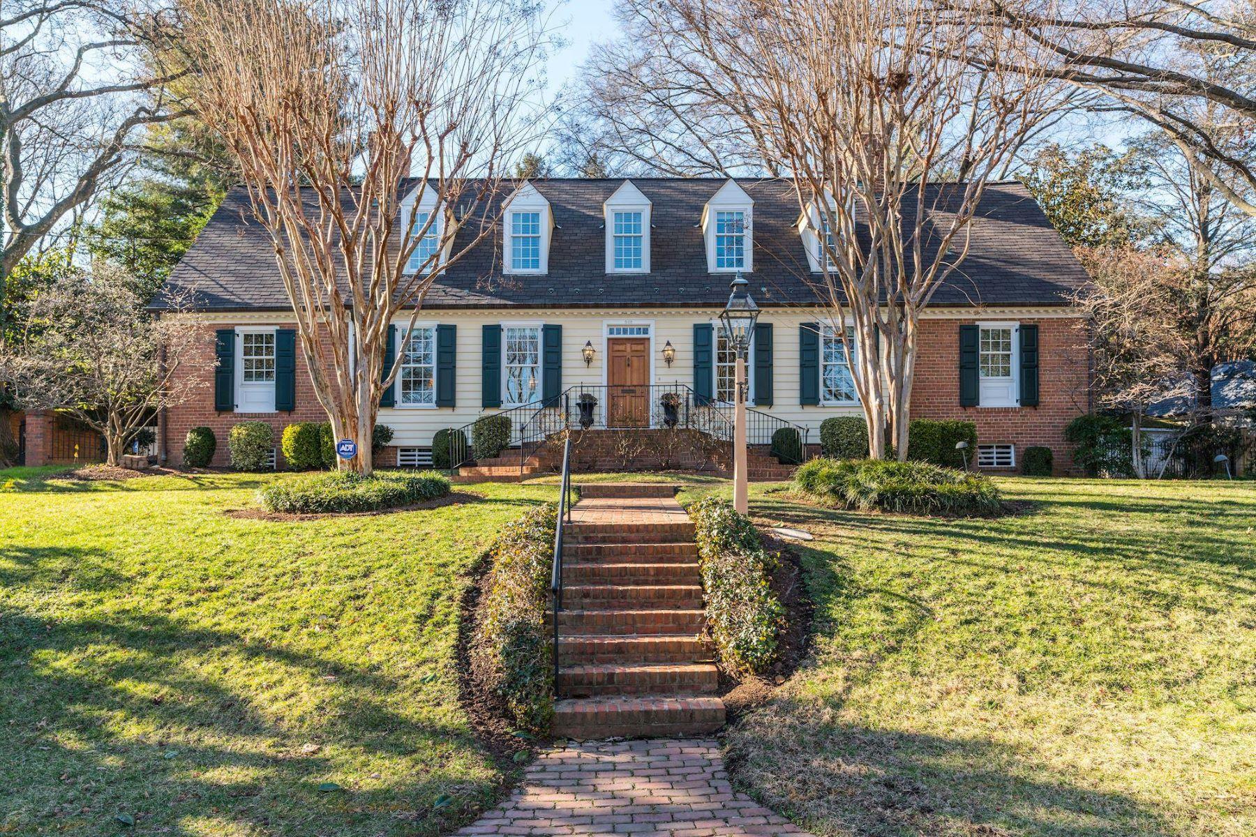 single family homes pour l Vente à 502 Cathedral Dr Alexandria, Virginia 22314 États-Unis