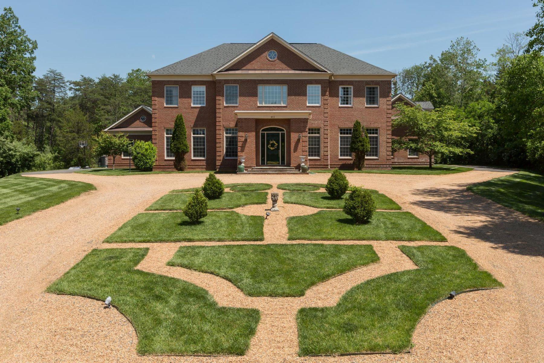 Single Family Homes pour l Vente à 823 Thomas Run Dr Great Falls, Virginia 22066 États-Unis