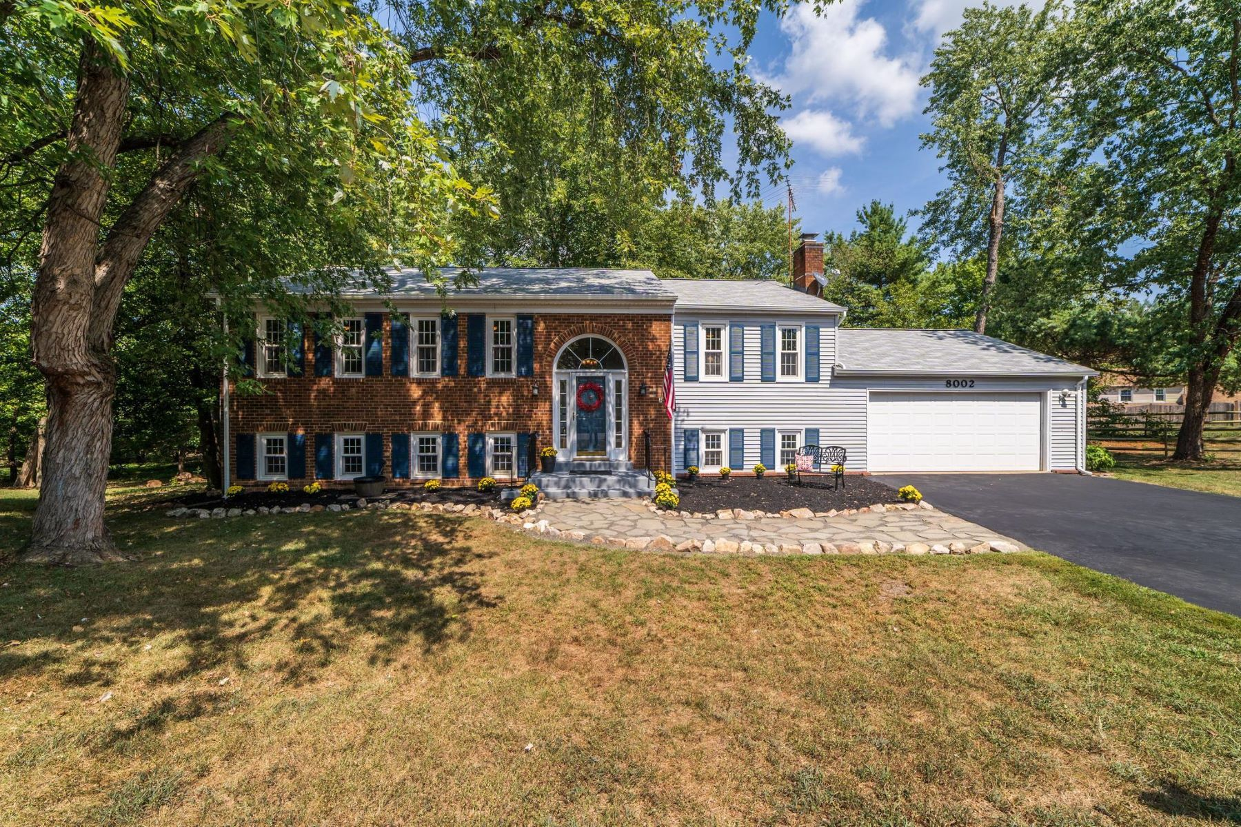 Single Family Homes pour l Vente à 8002 Rivermont Ct Springfield, Virginia 22153 États-Unis