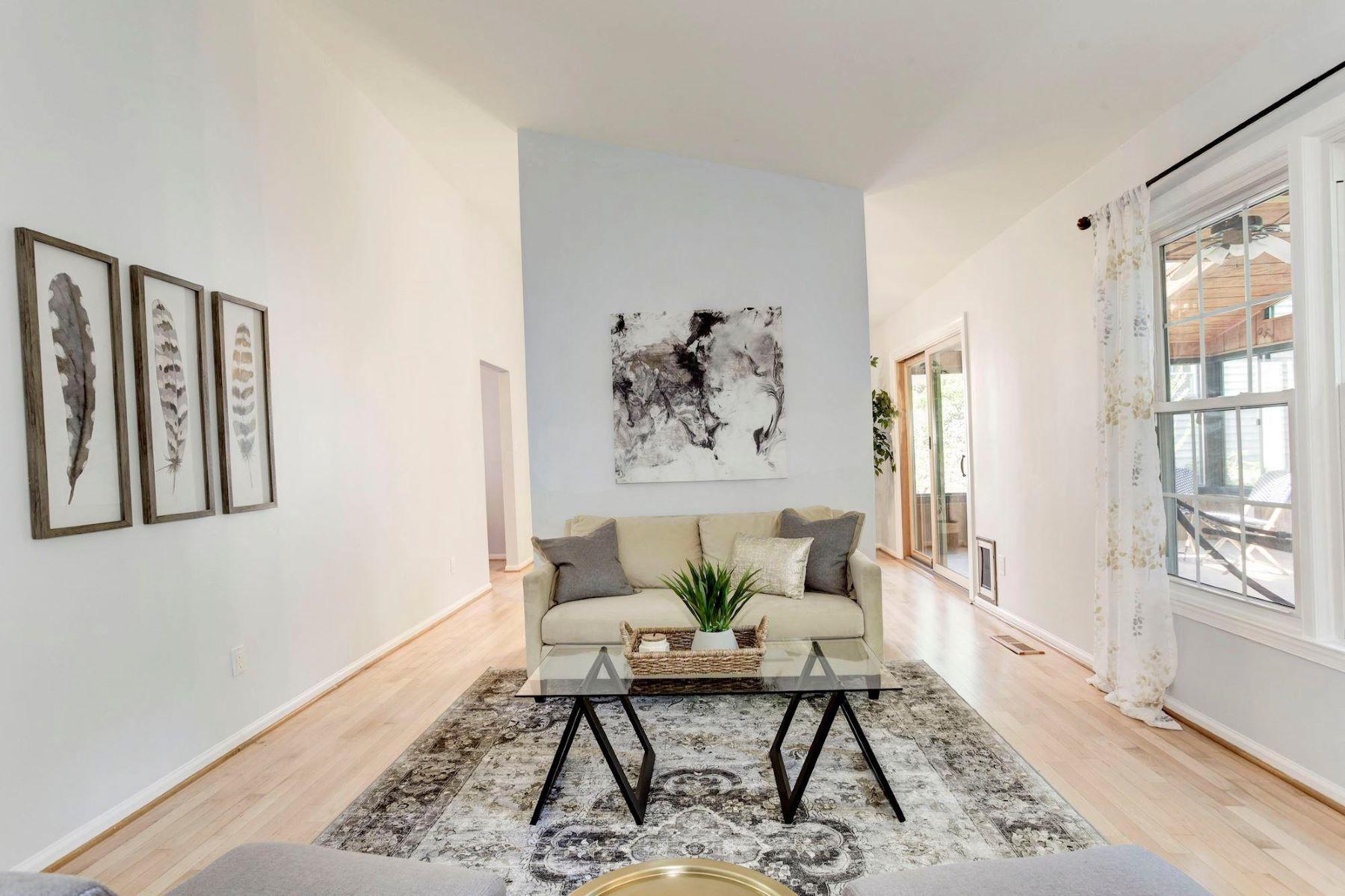 single family homes pour l Vente à 12040 Stoneford Dr Woodbridge, Virginia 22192 États-Unis