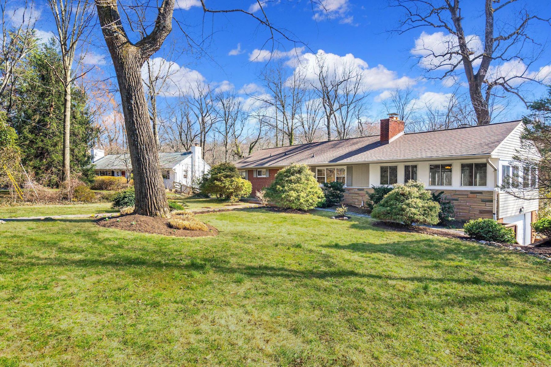 Single Family Homes pour l Vente à 6605 Dearborn Dr Falls Church, Virginia 22044 États-Unis