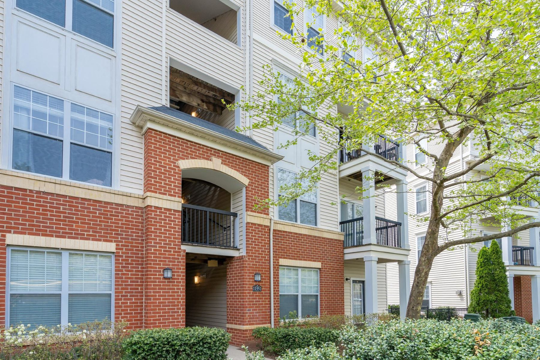 condominiums pour l Vente à 11351 Aristotle Dr #8-301 Fairfax, Virginia 22030 États-Unis