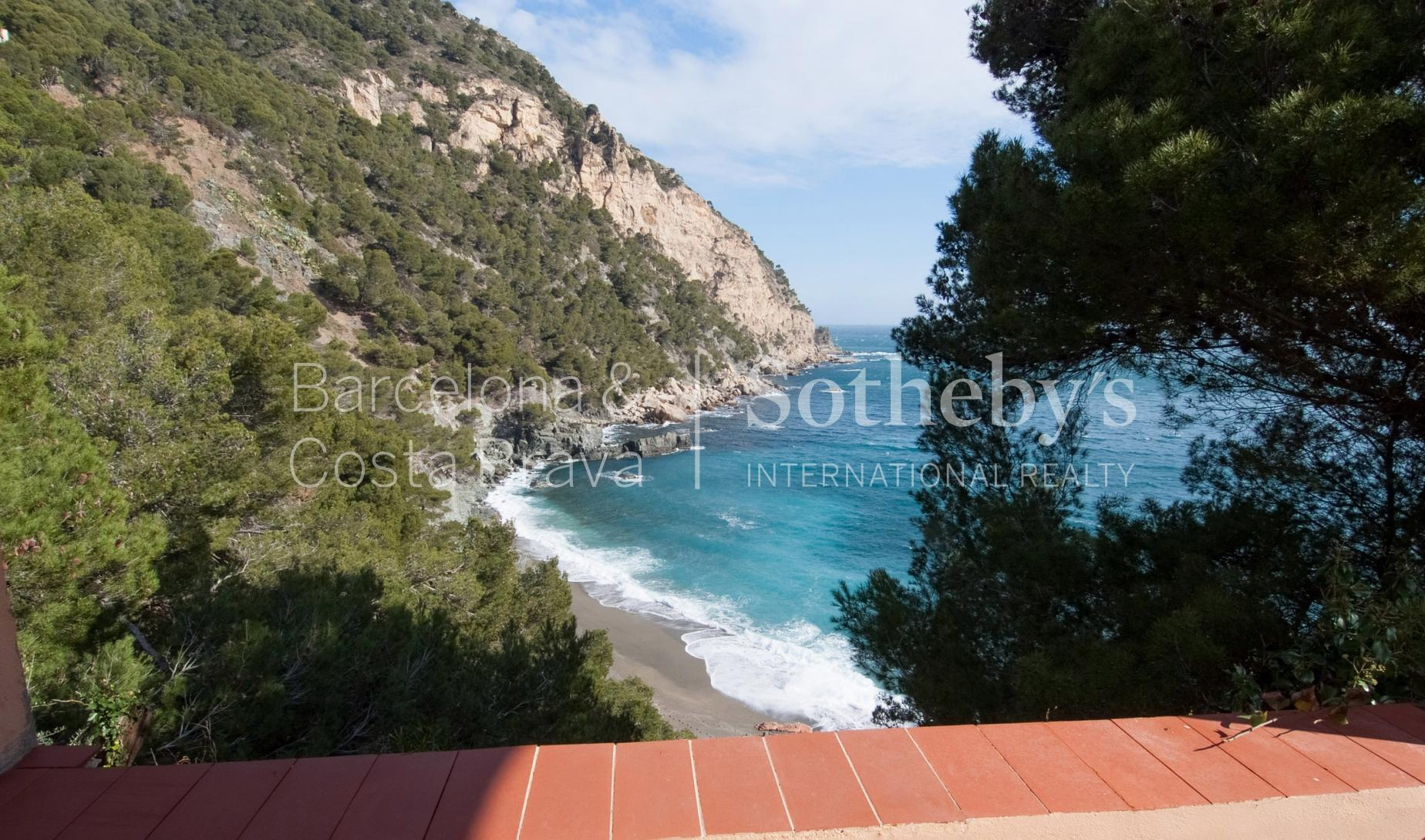 Property For Sale at House in front of the sea with beach access on large plot