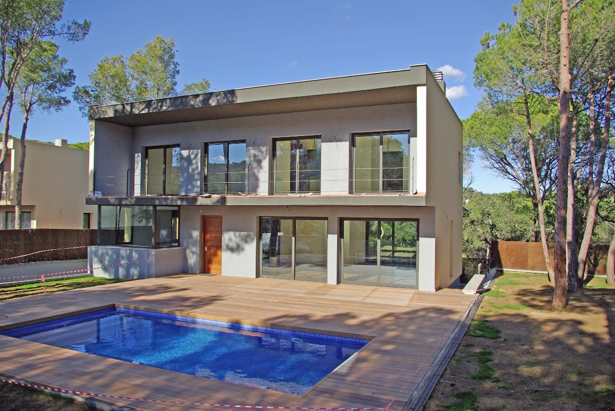 Частный односемейный дом для того Продажа на New development of 3 modern single family homes for sale in St Feliu de Guíxols Sant Feliu De Guixols, Costa Brava 17220 Испания