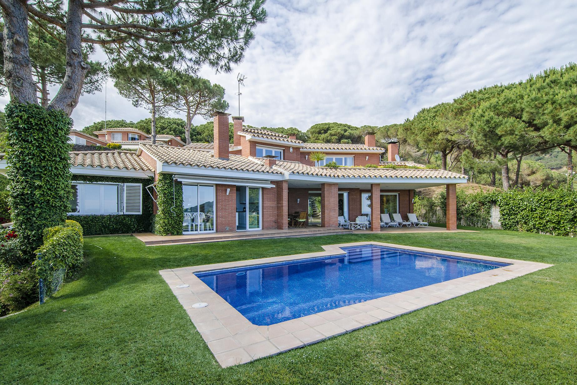Nhà ở một gia đình vì Bán tại Nice house full of natural light and with magnificent sea views in Cabrils Cabrils, Barcelona, 08348 Tây Ban Nha