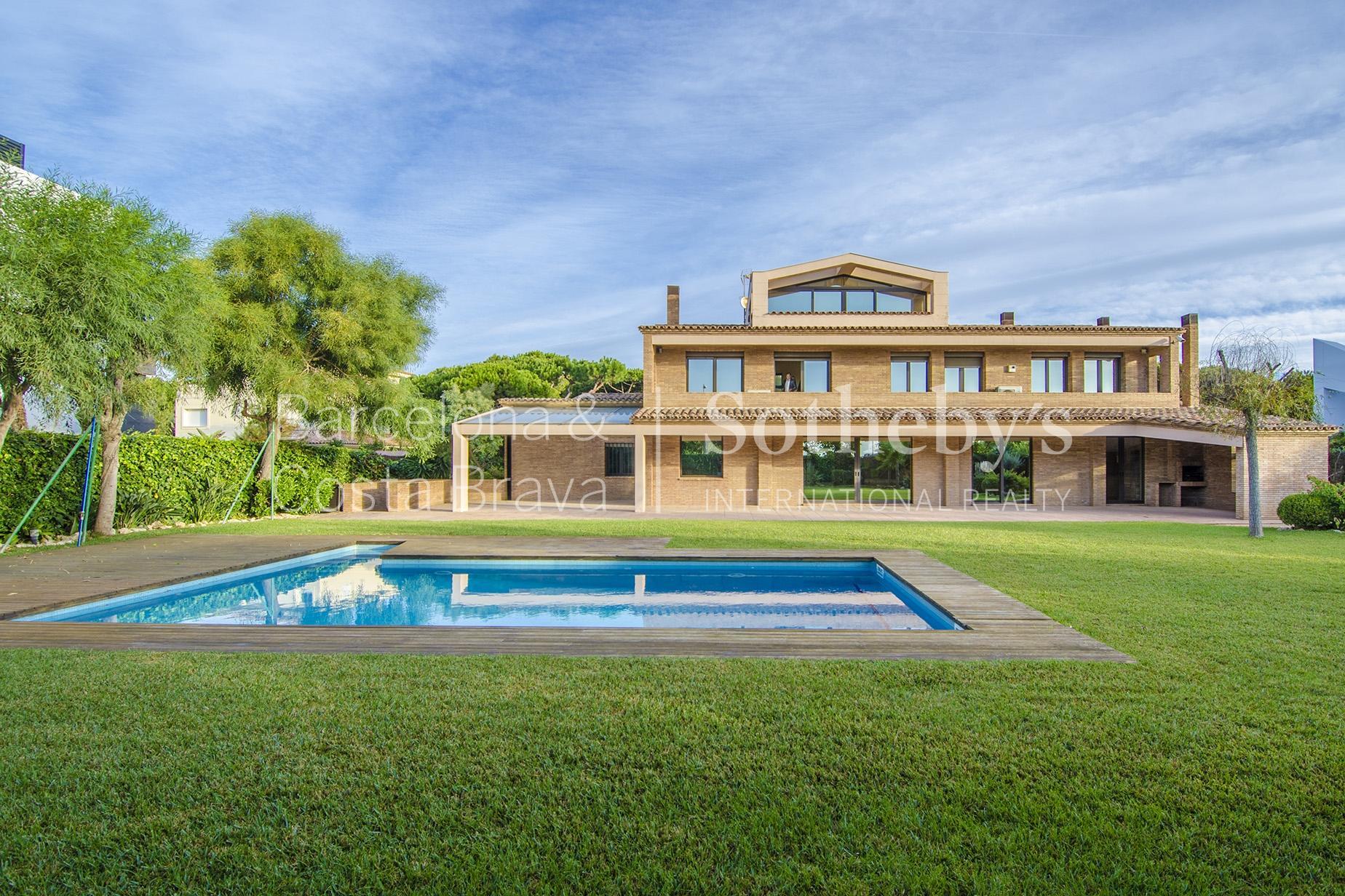 Maison unifamiliale pour l Vente à Seafront Mansion with Spectacular Views in Gavá Mar Gava Mar, Barcelona 08850 Espagne
