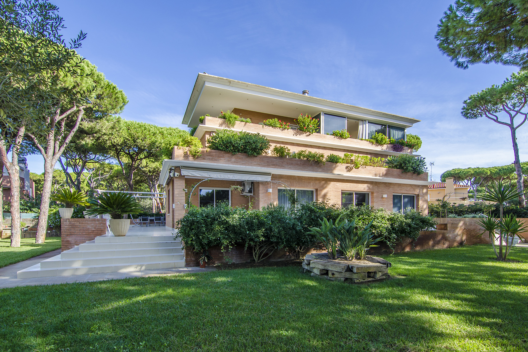 Casa para uma família para Venda às Beautiful and Spacious Villa a Few Meters from the Castelldefel Beach Castelldefels, Barcelona, 08866 Espanha