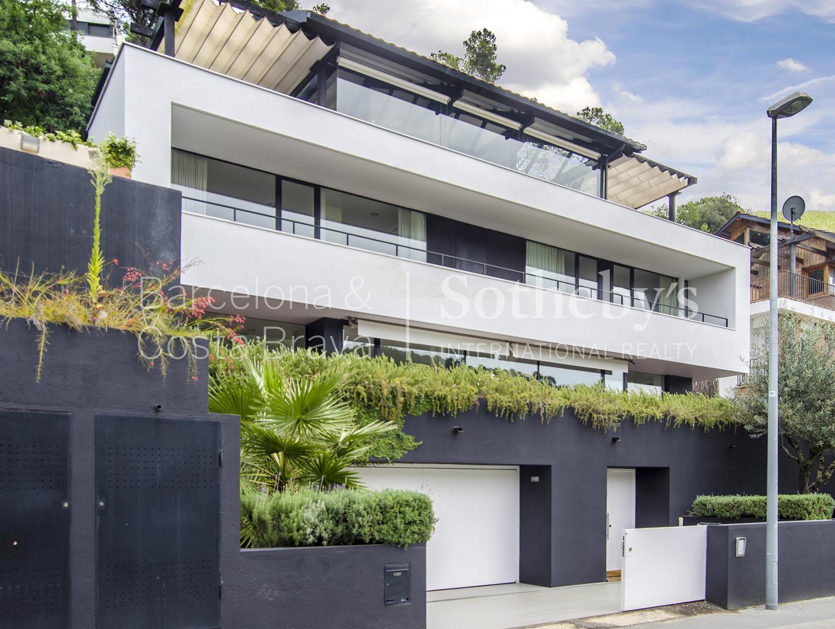 Частный односемейный дом для того Продажа на Modernity and calmness in Vallvidrera Zona Alta, Barcelona City, Barcelona 08034 Испания