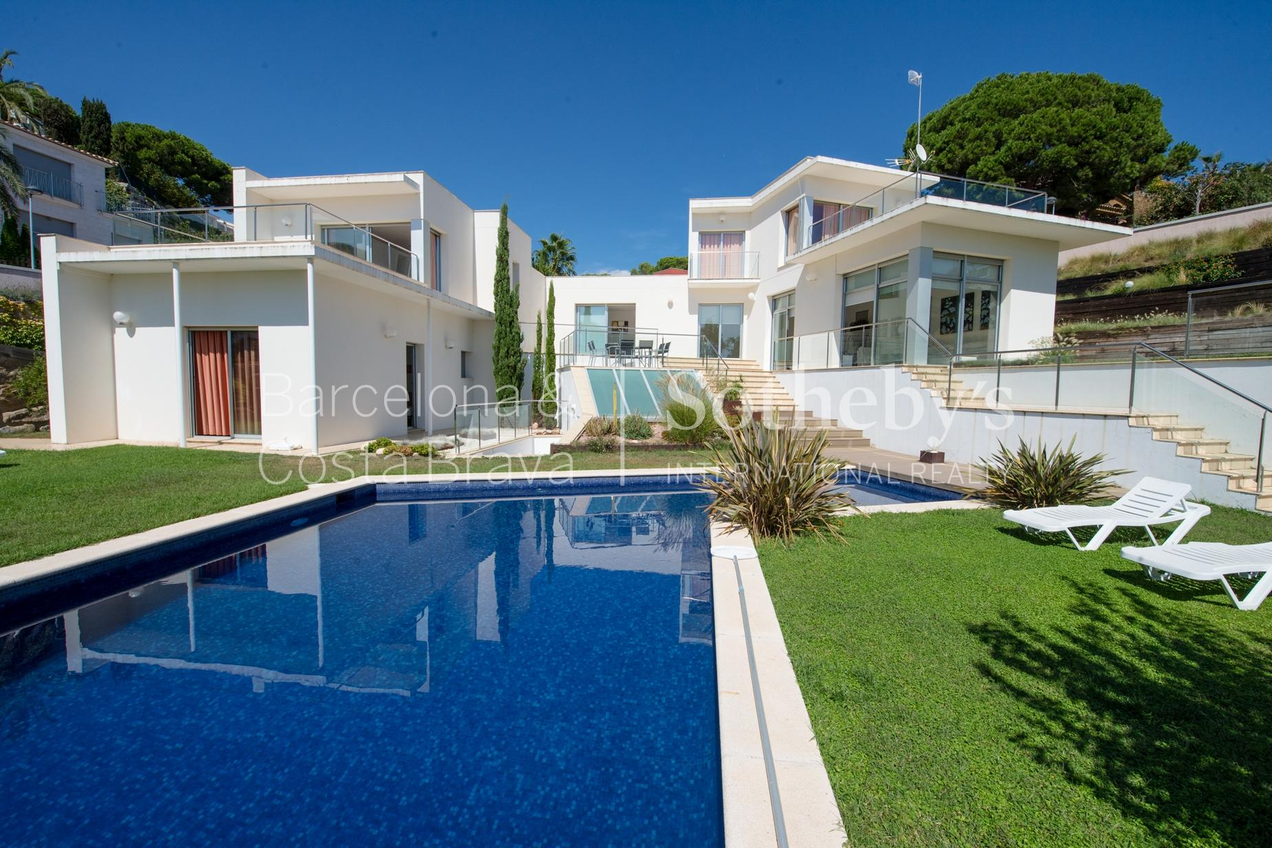 Vivienda unifamiliar por un Venta en Modern villa in Cala Tortuga a few metres from the sea Lloret De Mar, Costa Brava 17310 España