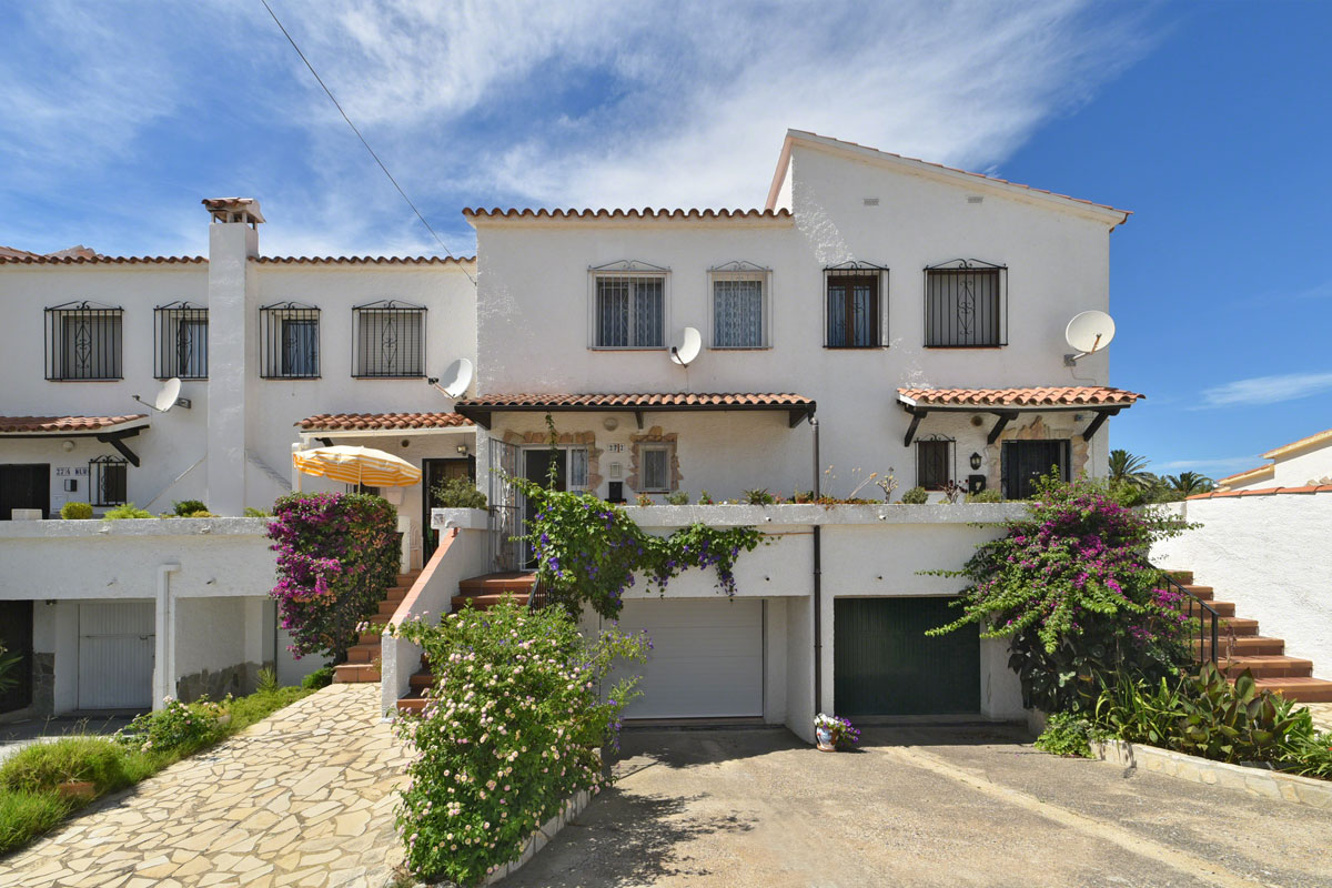 Single Family Home for Sale at Small fisherman's house on the canal in Empuriabrava Empuriabrava, Costa Brava, 17487 Spain