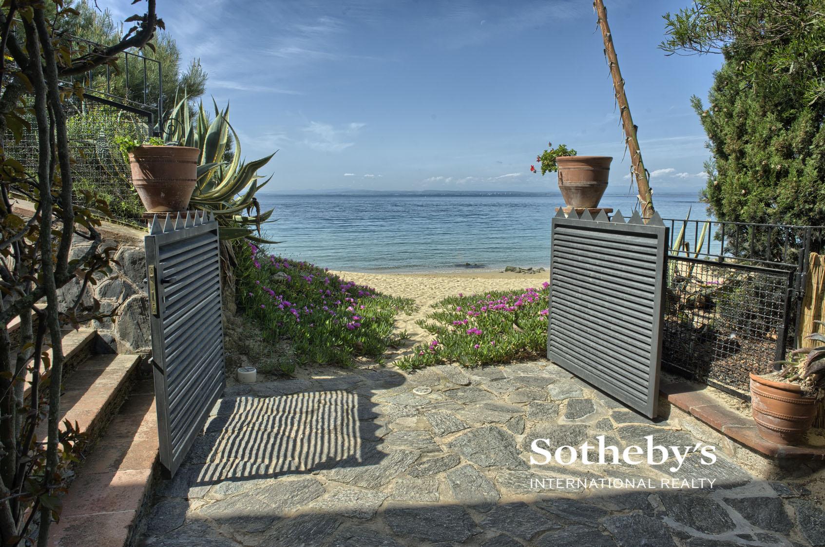 Single Family Home for Sale at Unique beachfront villa in Roses Roses, Costa Brava 17480 Spain