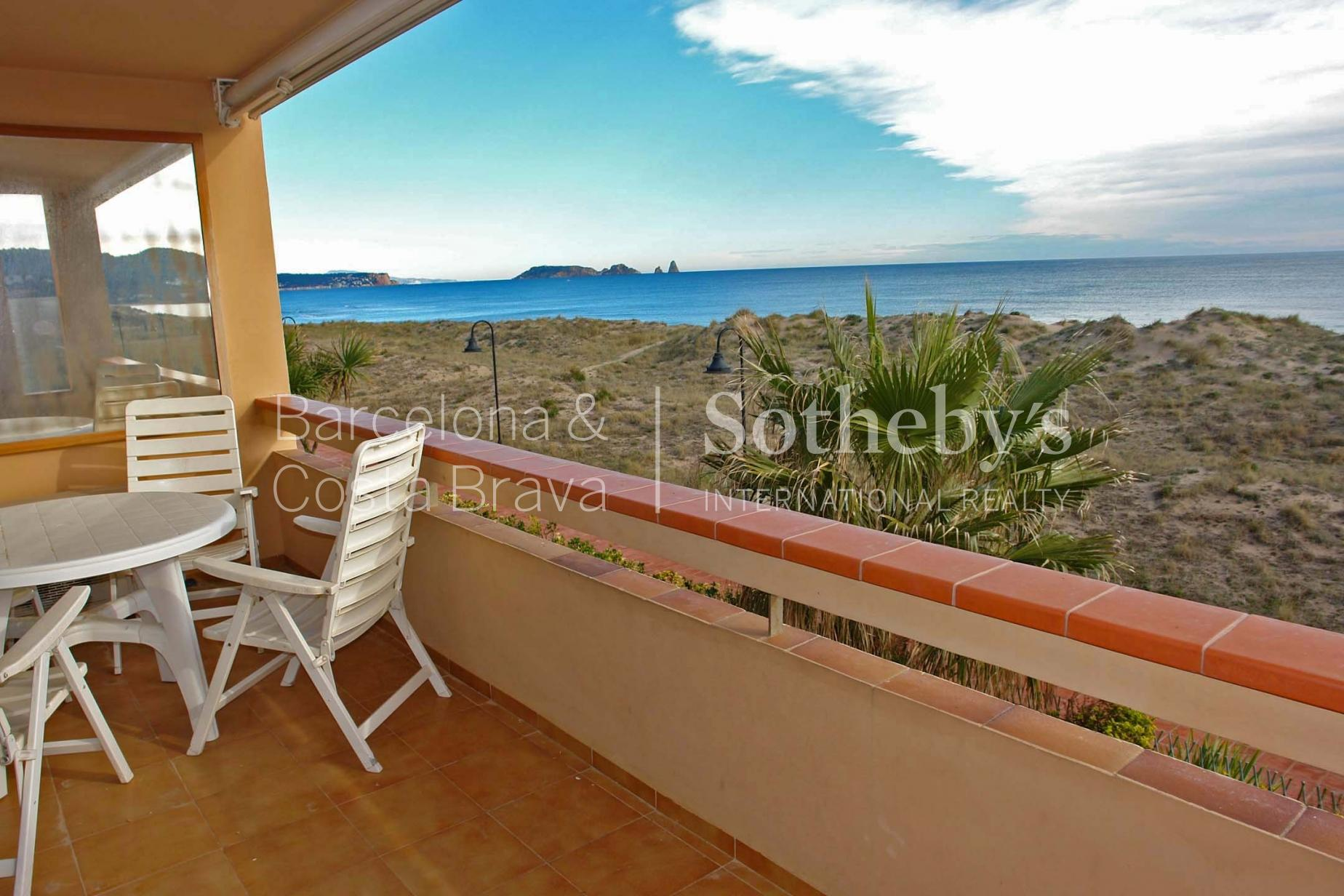 公寓 為 出售 在 Seafront apartment with fantastic views in Playa de Pals Pals, Costa Brava 17256 西班牙