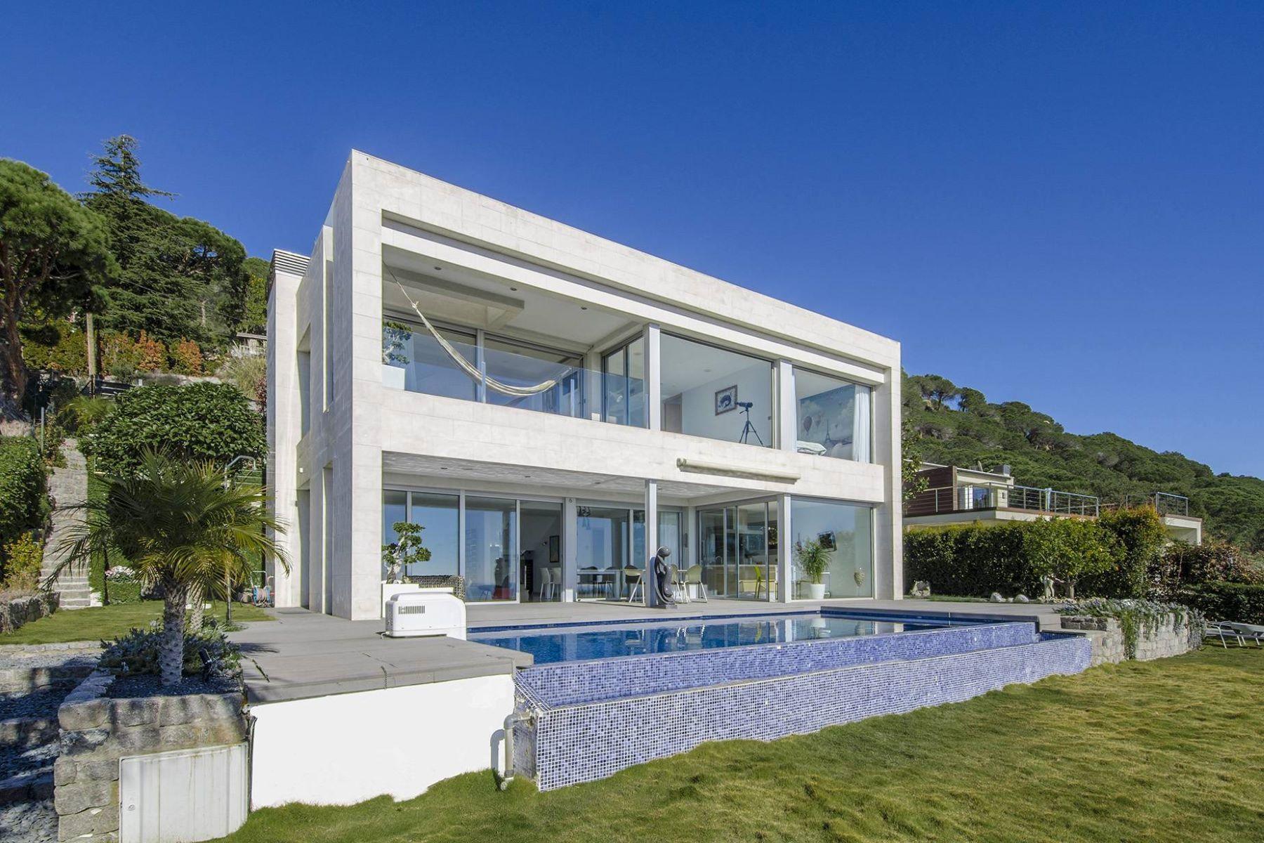 独户住宅 为 销售 在 A Modern House with Spectacular Sea Views 卡弗里尔斯, 巴塞罗那, 08348 西班牙