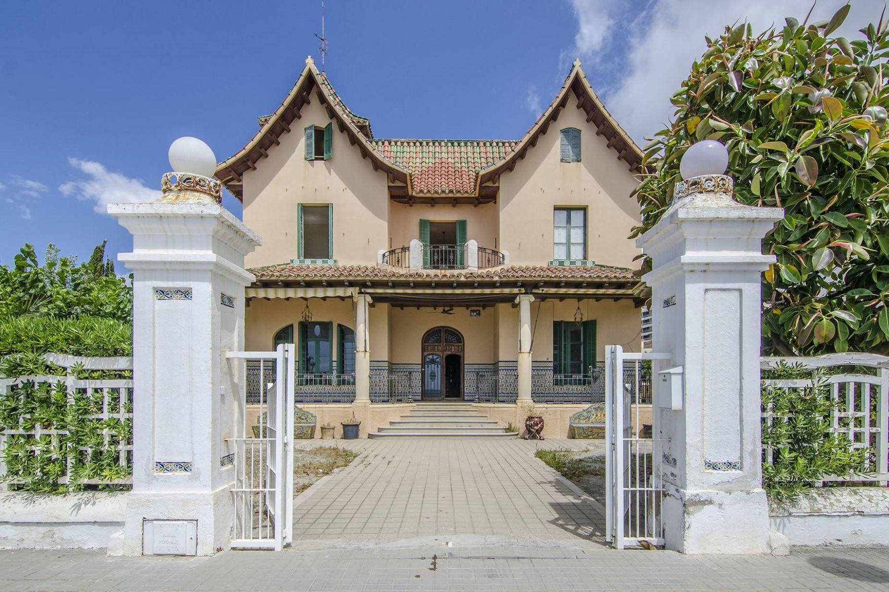 独户住宅 为 销售 在 Colonial Style Sea Front Home in Sant Vicenç de Montalt 桑坦德雷乌德利亚瓦内蕾雷斯, 巴塞罗那, 08392 西班牙