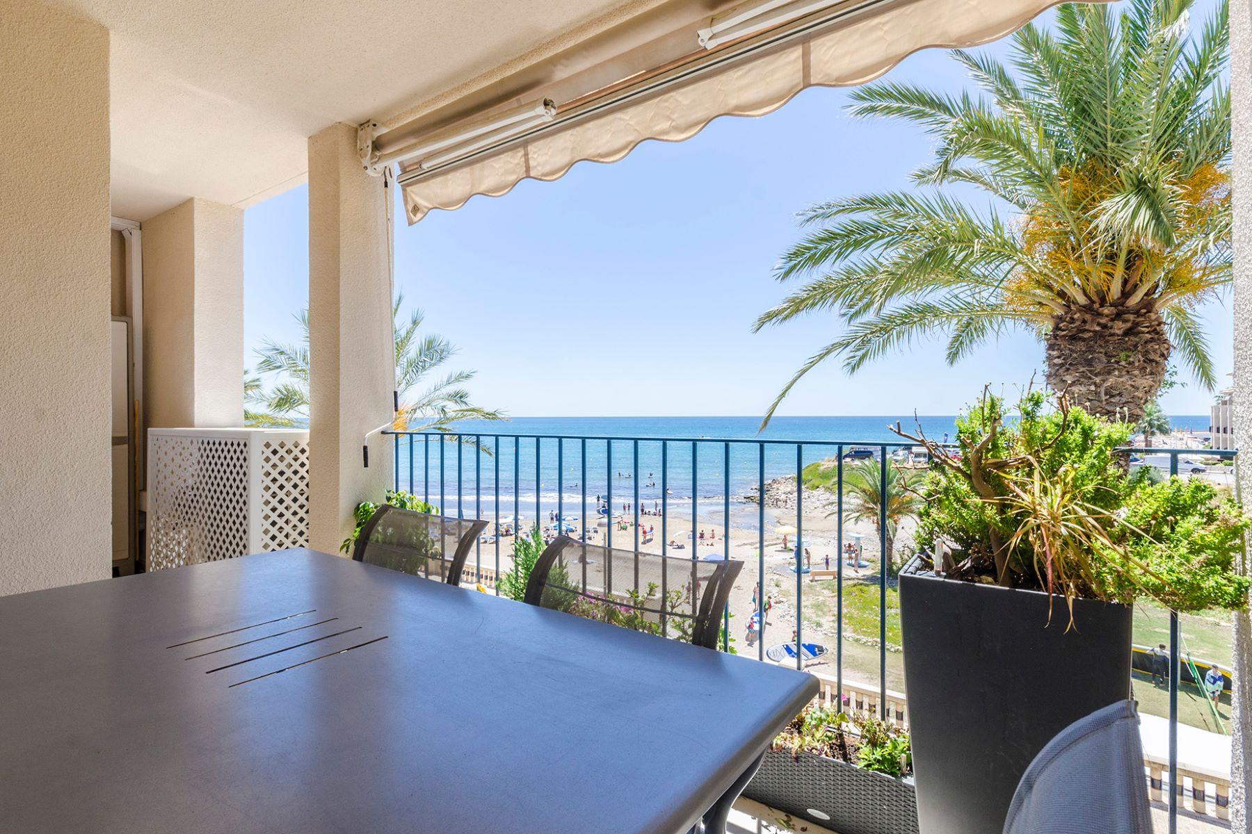 Apartamento por un Venta en Modern apartment with terrace on the sea front Sitges, Barcelona, 08870 España
