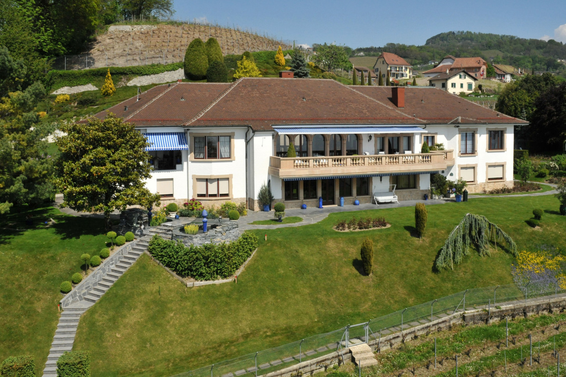 sales property at Lutry-Lavaux - Unesco World Heritage site - 22-room mansion with view over Lake
