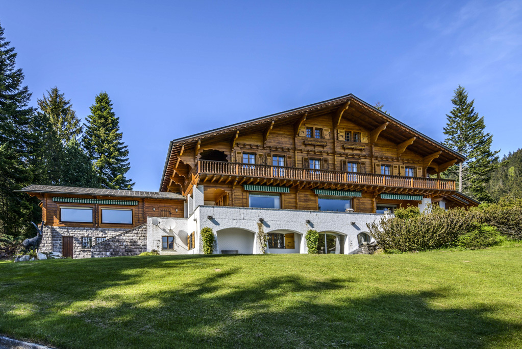 Casa para uma família para Venda às Luxury character-filled chalet situated in the heart of green grounds Villars-sur-Ollon Villars-Sur-Ollon, Vaud 1884 Suíça