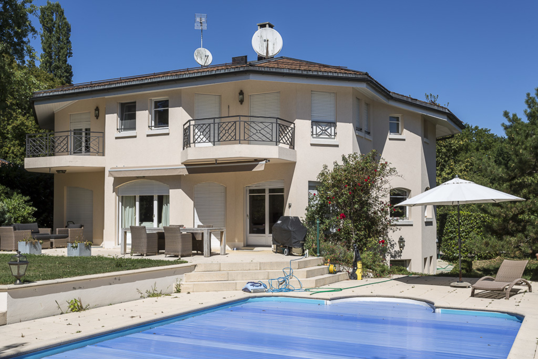 Single Family Home for Sale at Beautiful villa with pool, ideal for a family Vandoeuvres Vandoeuvres, Geneva, 1253 Switzerland