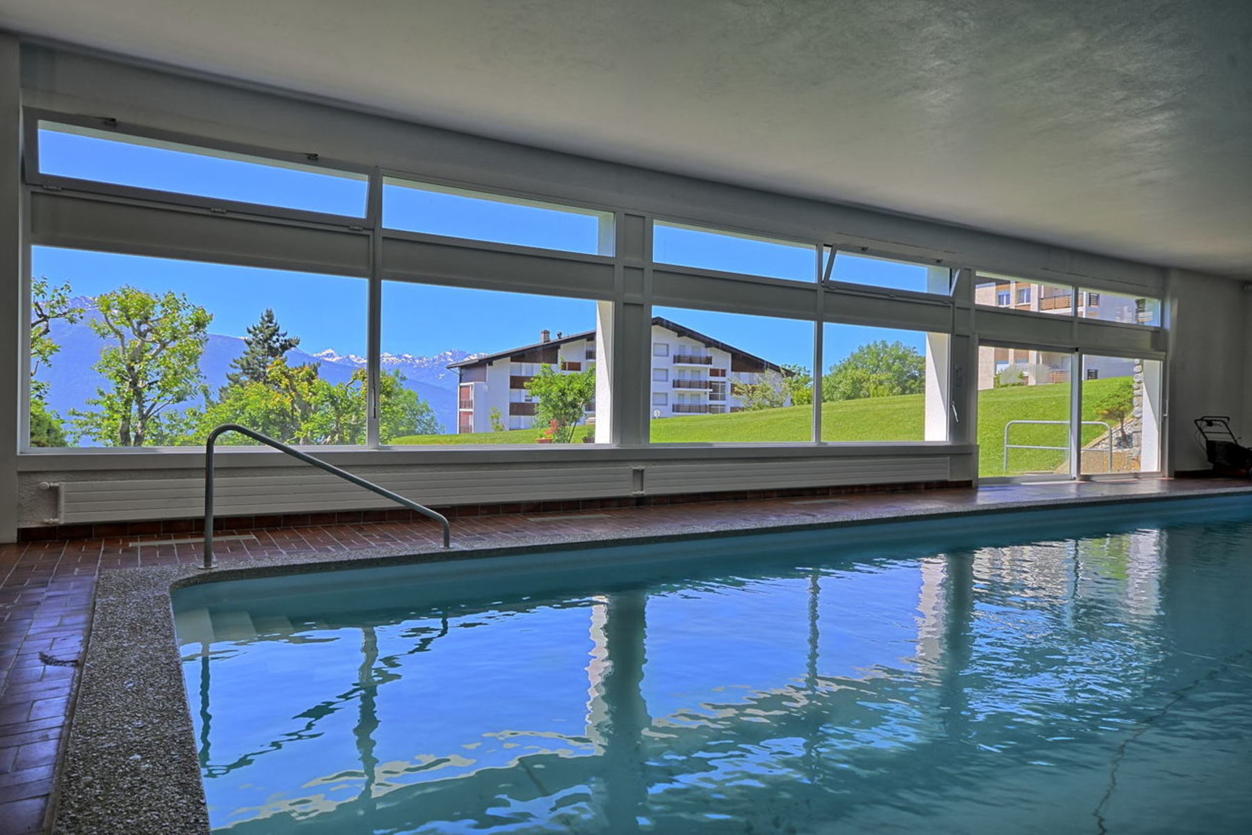 Additional photo for property listing at CRANS-MONTANA, Europa 1, 2.5 rooms in peace with view, swimming pool Route d'Europa 1 Crans, Valais 3963 Switzerland