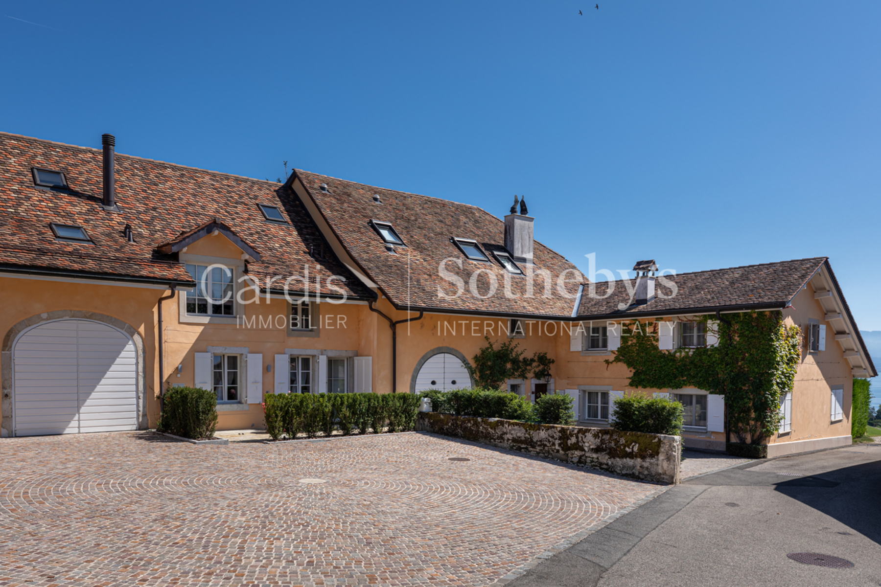 Single Family Homes por un Venta en Magnificent village house completely renovated into two dwellings Dully Dully, Vaud 1195 Suiza