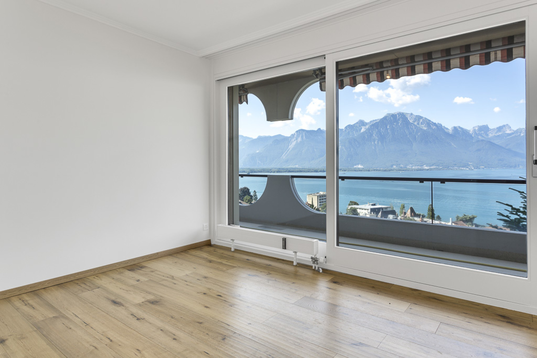 Additional photo for property listing at Magnificent 4.5 room apartment with balcony and terraces Breathtaking panoramic Territet Montreux, Vaud 1820 Suisse