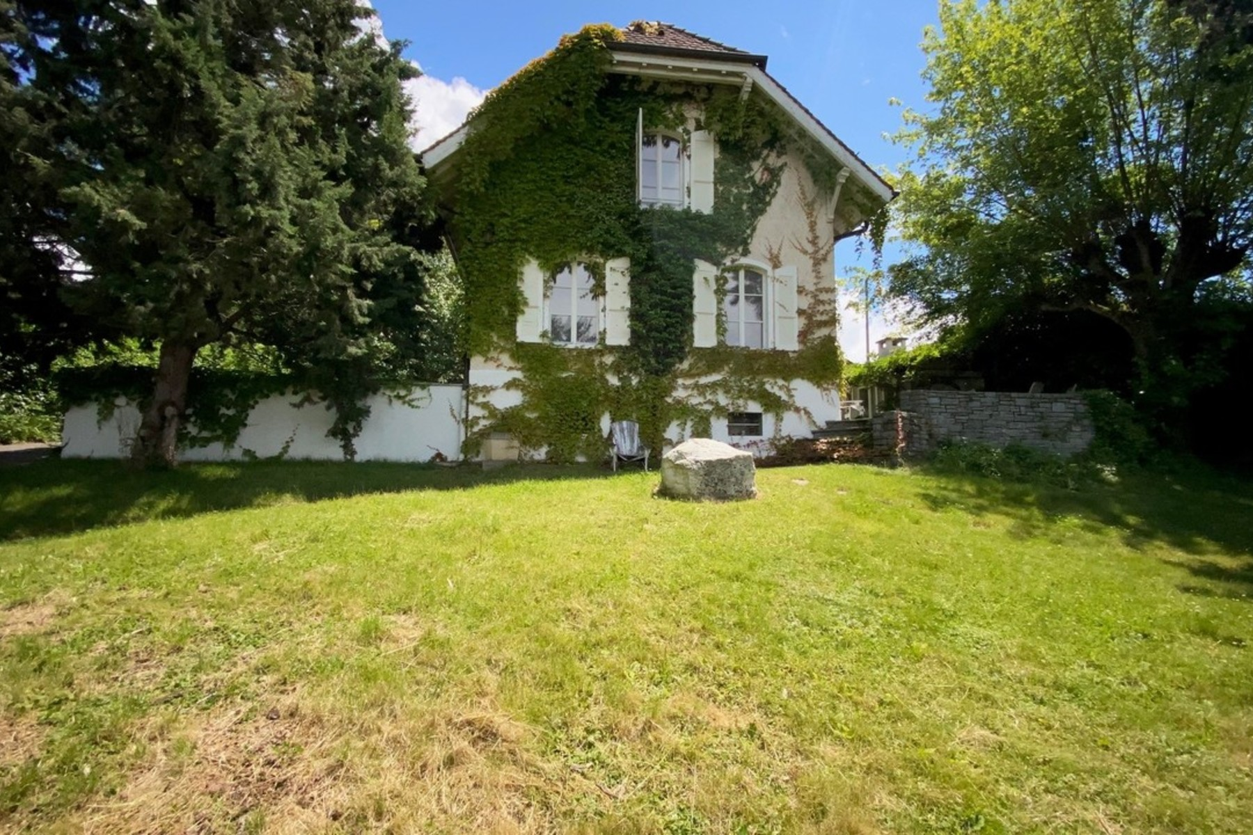 Single Family Homes のために 売買 アット Charming house with superb view of the lake - VISITS ARE POSSIBLE Anières Anieres, ジュネーブ 1247 スイス