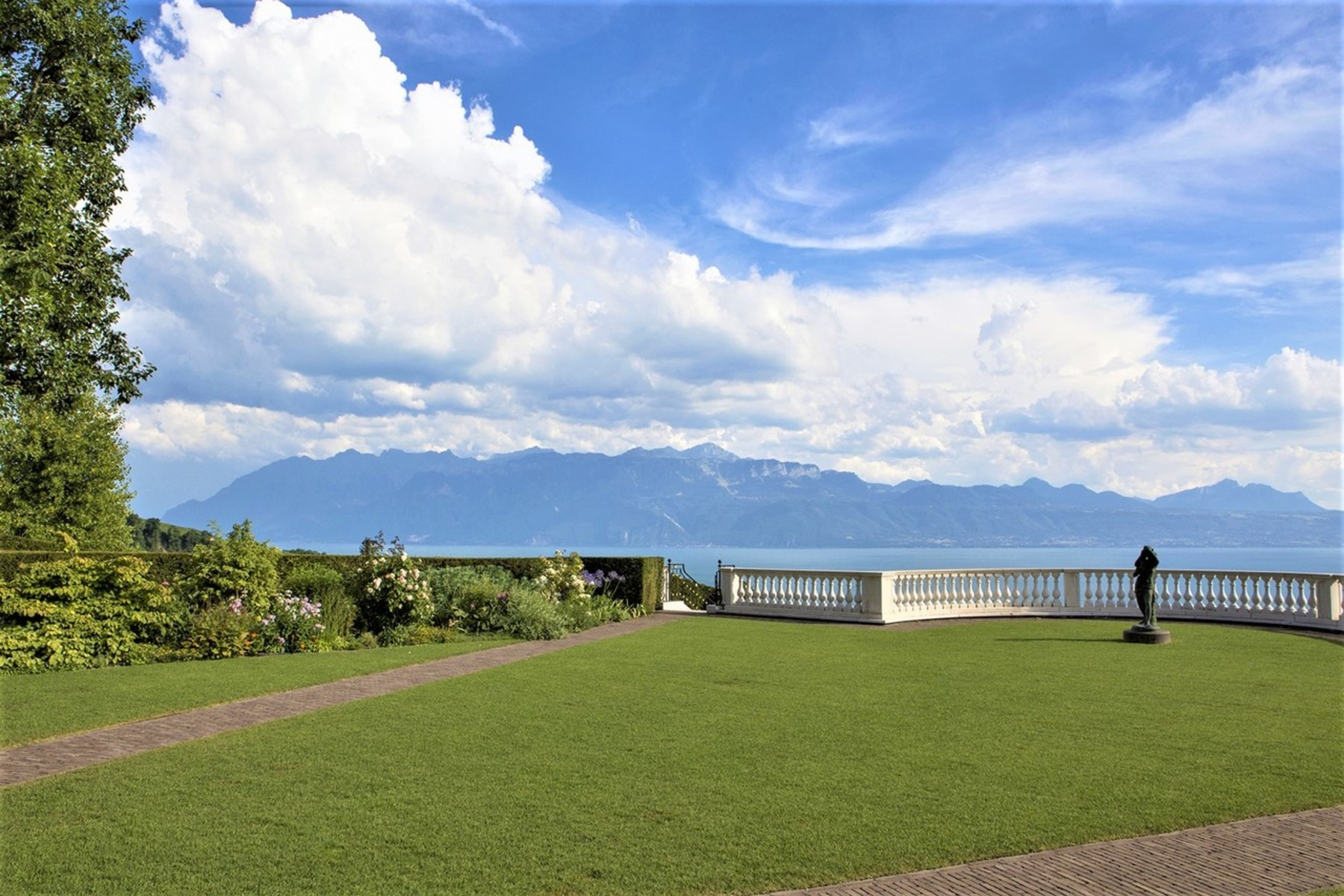Single Family Homes for Sale at Yes, luxury exists! Sublime and rare ! Lutry Lutry, Vaud 1095 Switzerland